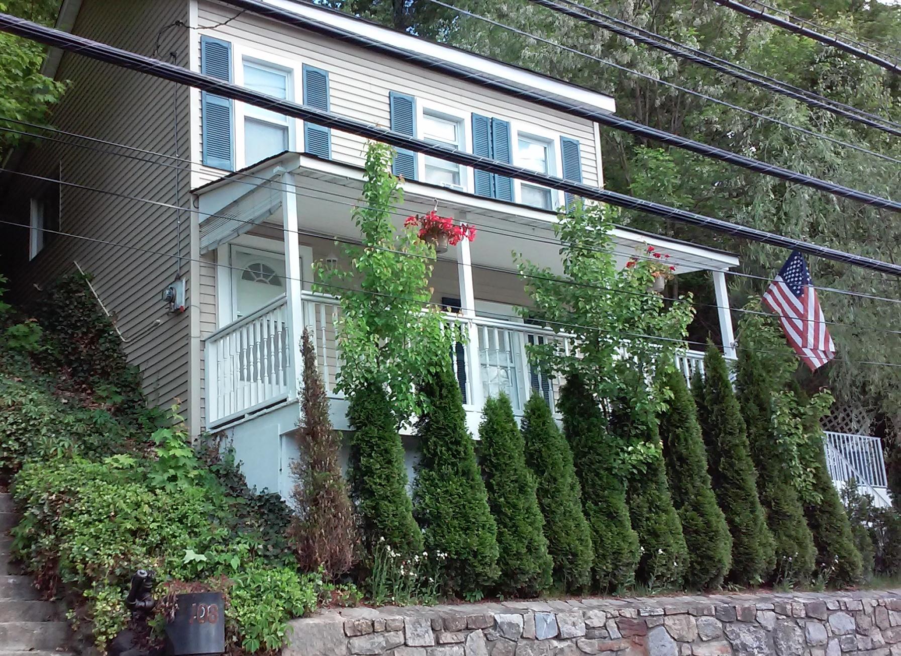 Casa para uma família para Venda às Hillside Home 106 Dale Avenue Ossining, Nova York 10562 Estados Unidos