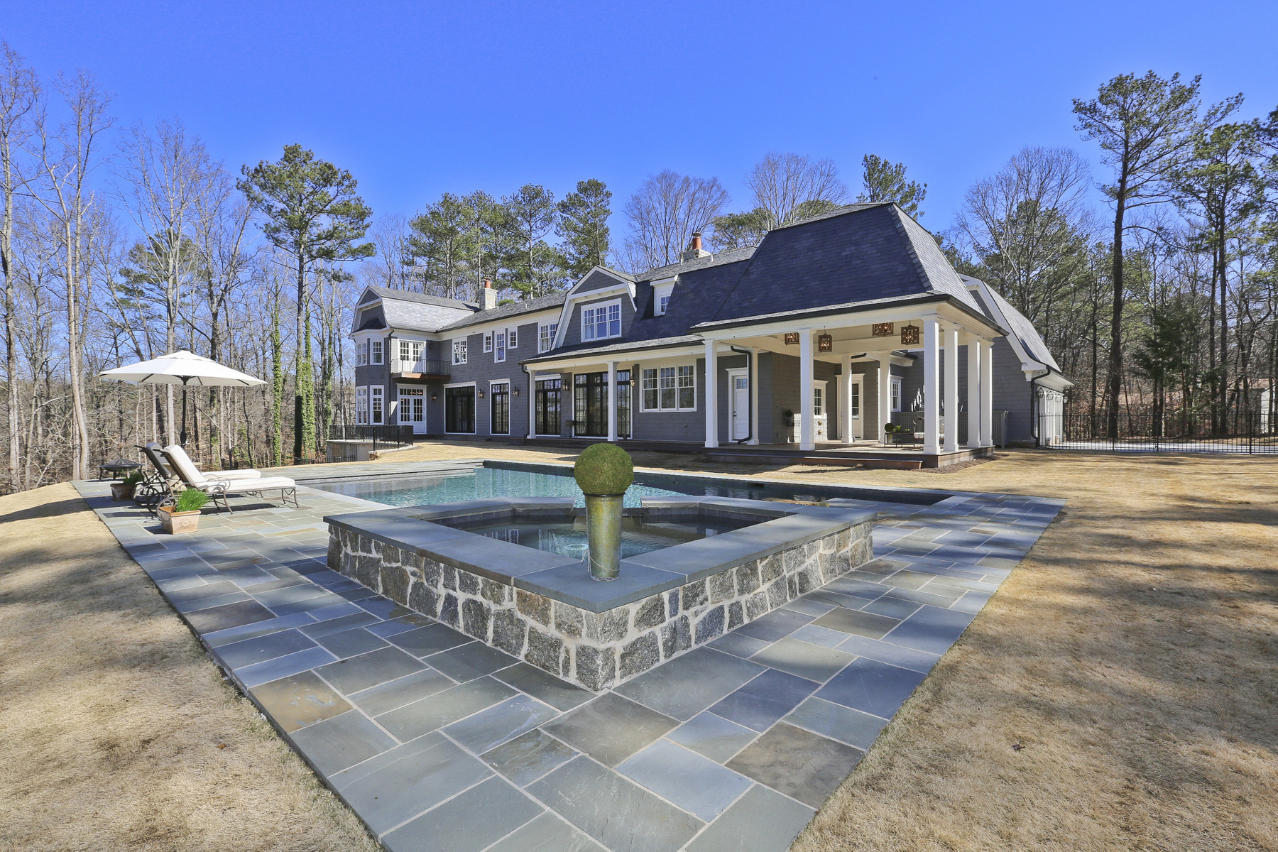 Casa Unifamiliar por un Venta en Custom Home Overlooking Chattahoochee River 5850 Winterthur Drive Sandy Springs, Georgia, 30328 Estados Unidos
