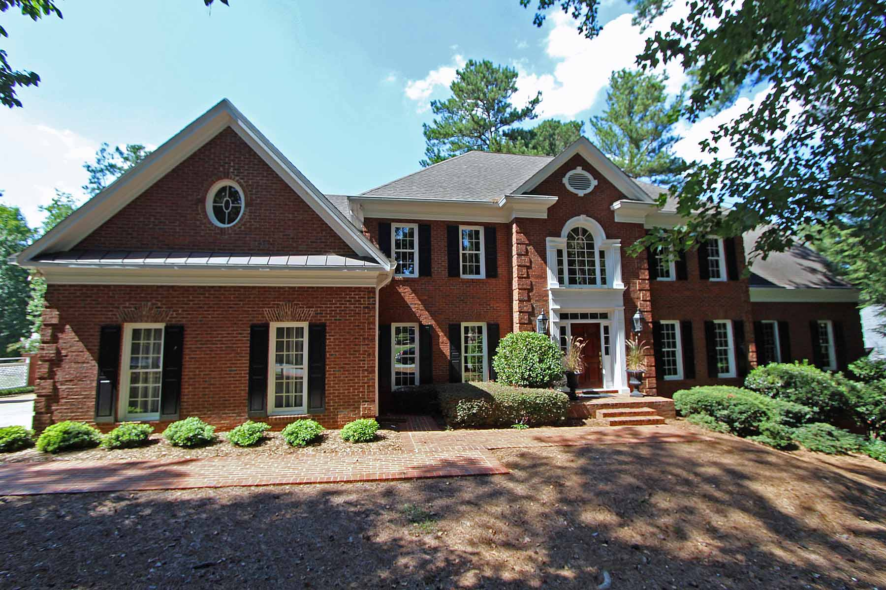 Частный односемейный дом для того Продажа на Beautiful Golf View 4330 Bancroft Valley Alpharetta, Джорджия, 30022 Соединенные Штаты