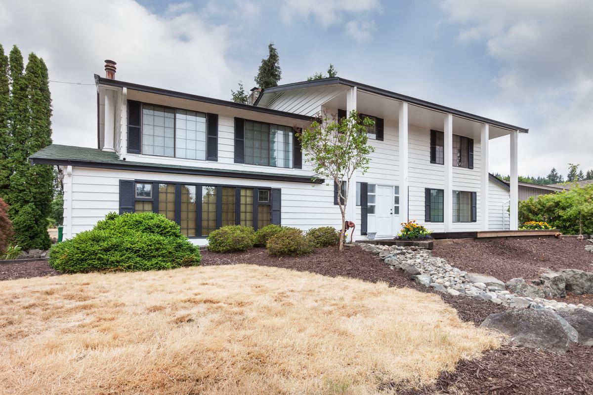 Vivienda unifamiliar por un Venta en Traditional Kelsey Creek Park Home 12926 SE 5th Place Bellevue, Washington 98005 Estados Unidos