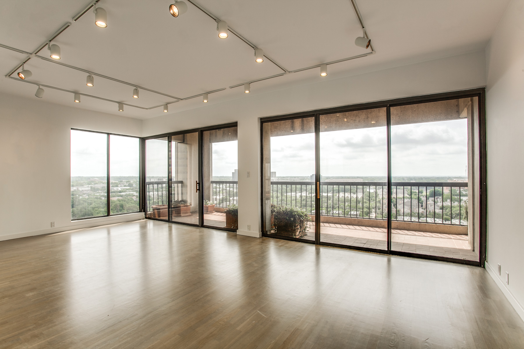 Copropriété pour l Vente à Fabulous Views of Dallas 3831 Turtle Creek Boulevard #18E Dallas, Texas, 75205 États-Unis
