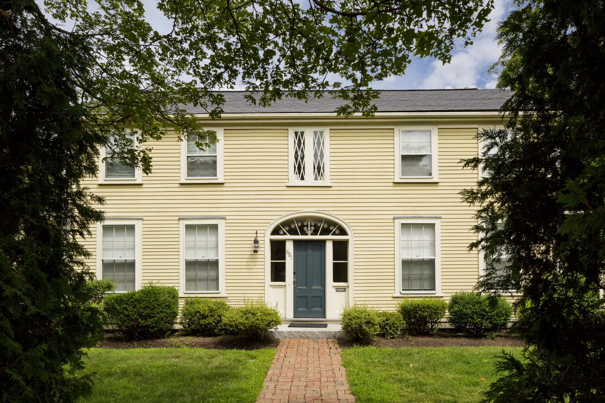 Condominio por un Venta en Elegant & Sophisticated Colonial 881 Massachusetts Ave Unit 1 Lexington, Massachusetts, 02420 Estados Unidos