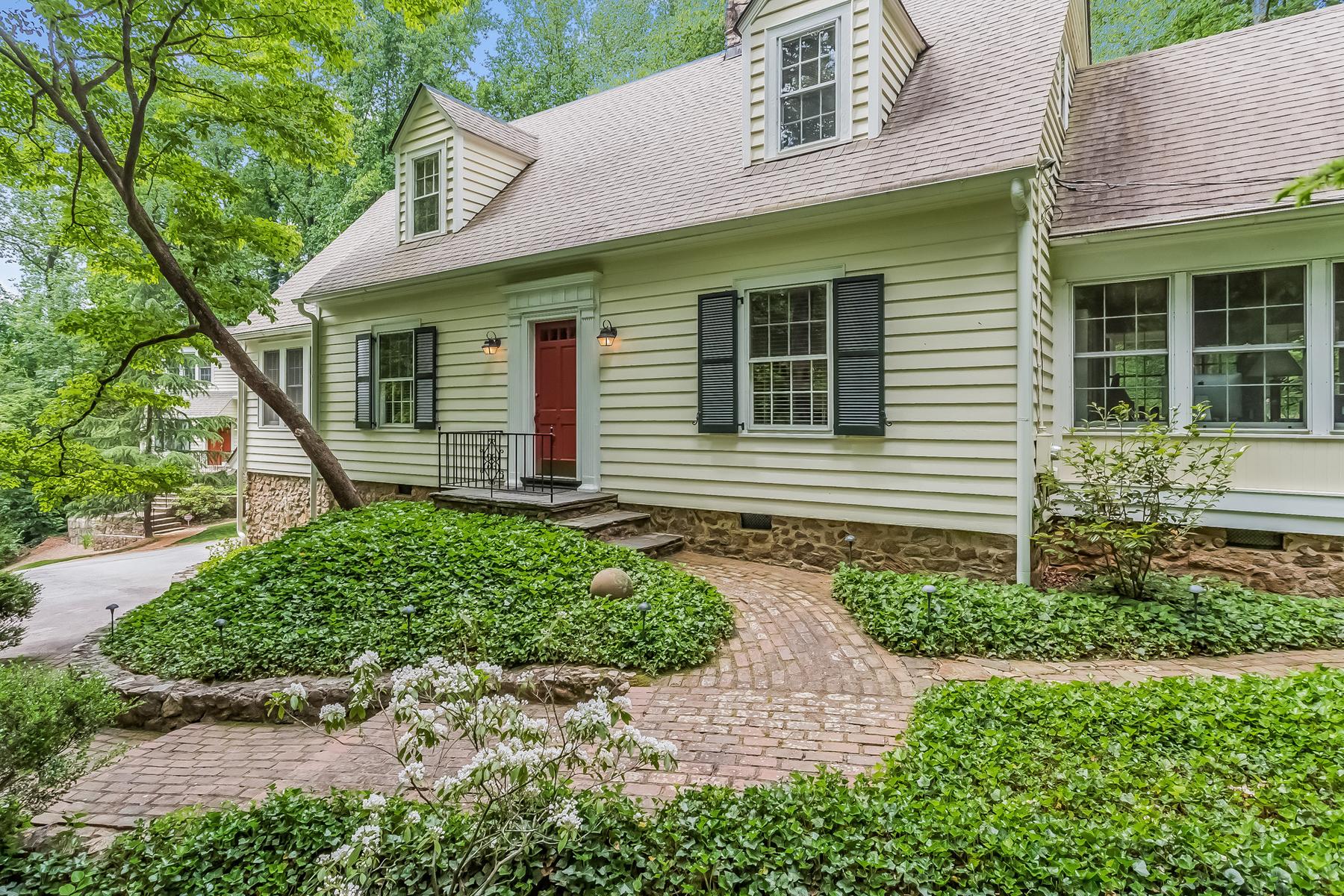 独户住宅 为 销售 在 Authentic Cape Cod Charmer And Carriage House 5580 Long Island Drive Sandy Springs, 乔治亚州 30327 美国