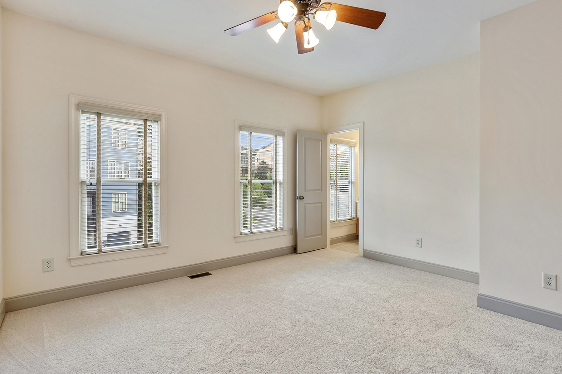 Additional photo for property listing at Beautiful Townhome Overlooking Courtyard 5986 Bond Street Cumming, Georgien 30040 Usa