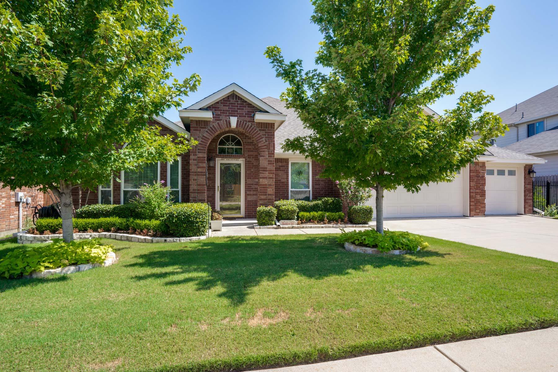 Nhà ở một gia đình vì Bán tại Summer Park Traditional 8345 Summer Park Dr Fort Worth, Texas, 76123 Hoa Kỳ
