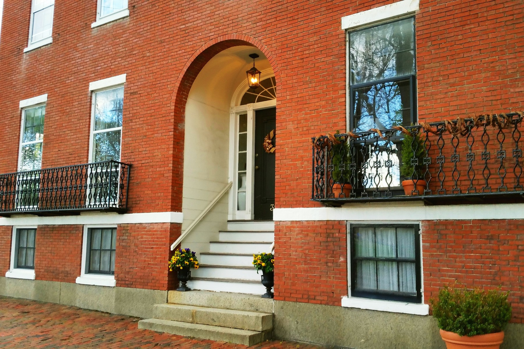 타운하우스 용 매매 에 Historic Federal Townhouse on The Common 39 Washington Square Unit 1 Salem, 매사추세츠, 01970 미국