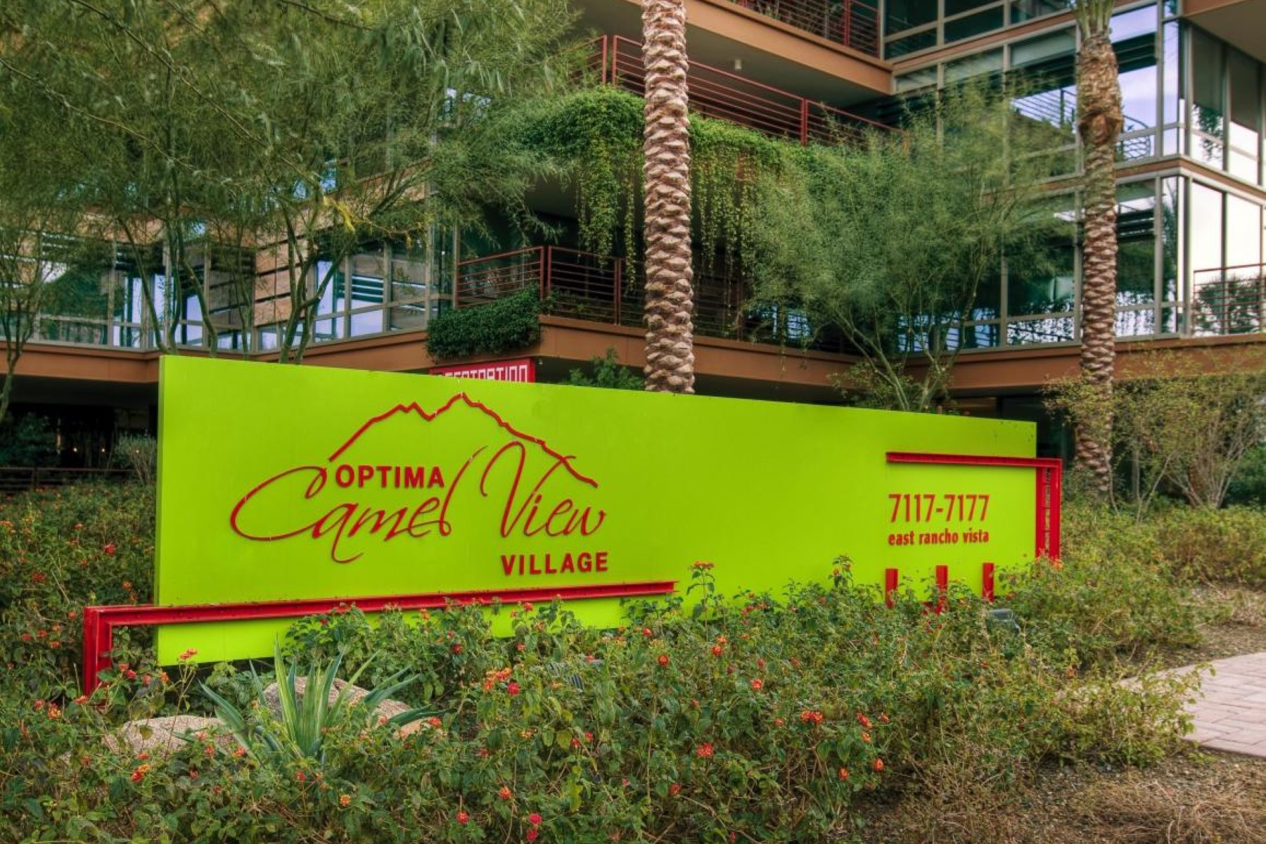 Appartement pour l Vente à Nestled on the first floor with view of pool and large patio 7167 E Rancho Vista Dr #1003 Scottsdale, Arizona 85251 États-Unis