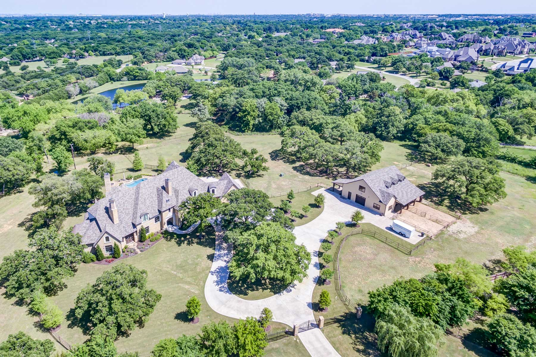Villa per Vendita alle ore Gated Estate in Southlake 1312 Golden Gate Drive Southlake, Texas, 76092 Stati Uniti