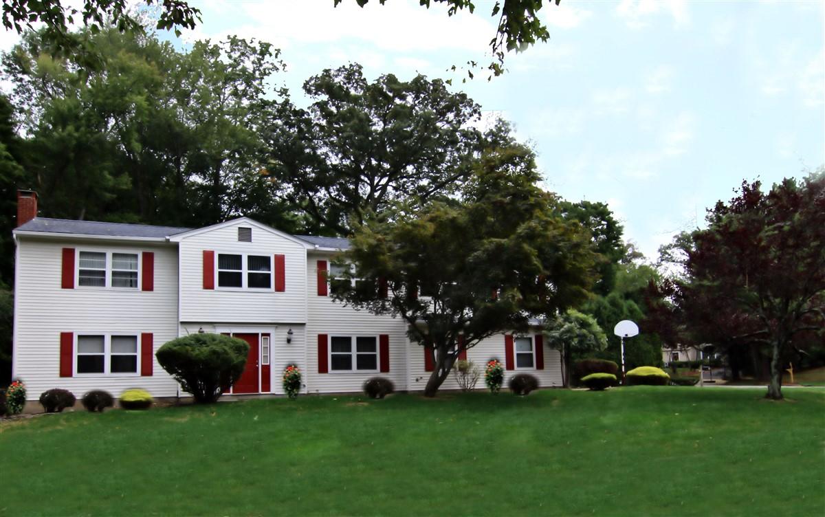 Casa Unifamiliar por un Venta en Magnificent Colonial 2 Saratoga Court Nanuet, Nueva York, 10954 Estados Unidos