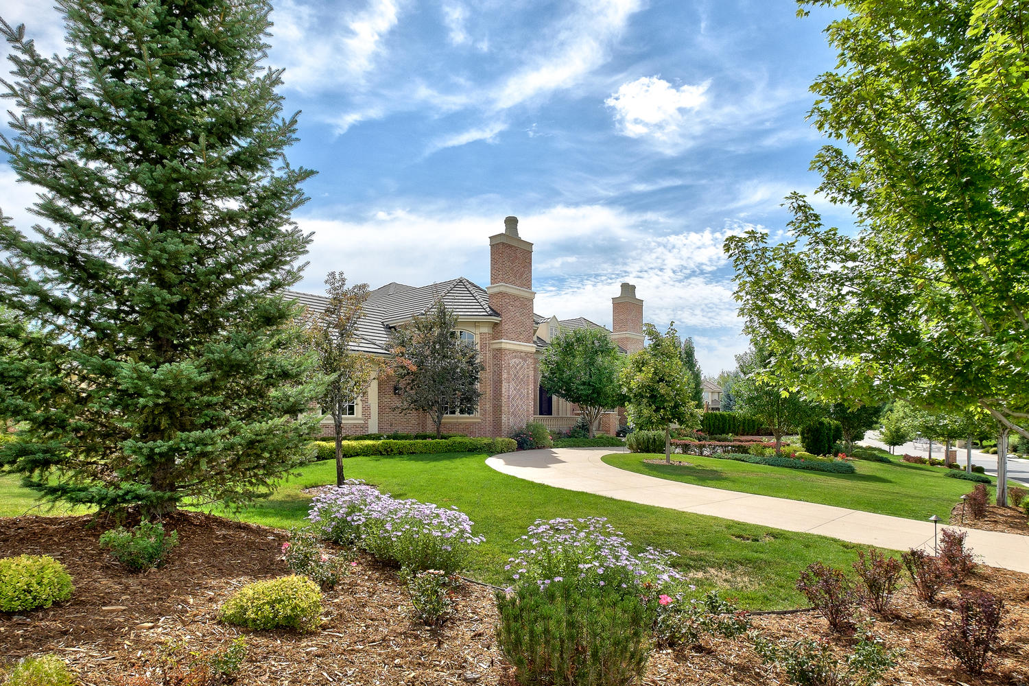 Moradia para Venda às Sophisticated, stately brick ranch nestled on a stunning .86 acre site 4060 E Chestnut Ct Greenwood Village, Colorado, 80121 Estados Unidos