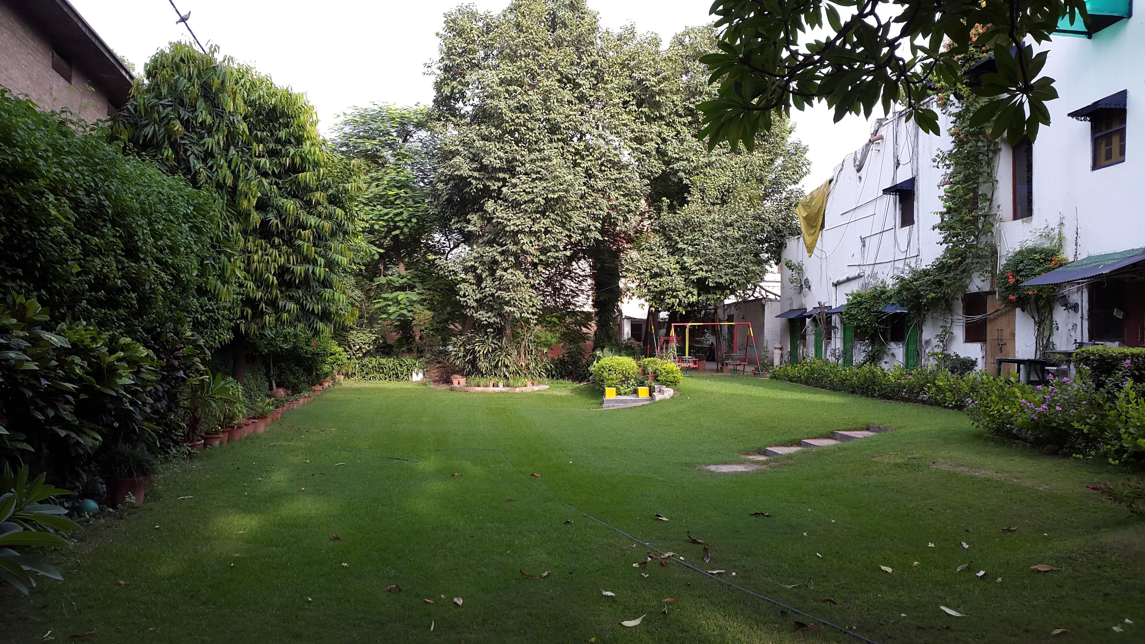 Apartamentos multi-familiares para Venda às Large Bungalow for Redevelopment in Civil Lines New Delhi, Delhi, 110054 Índia