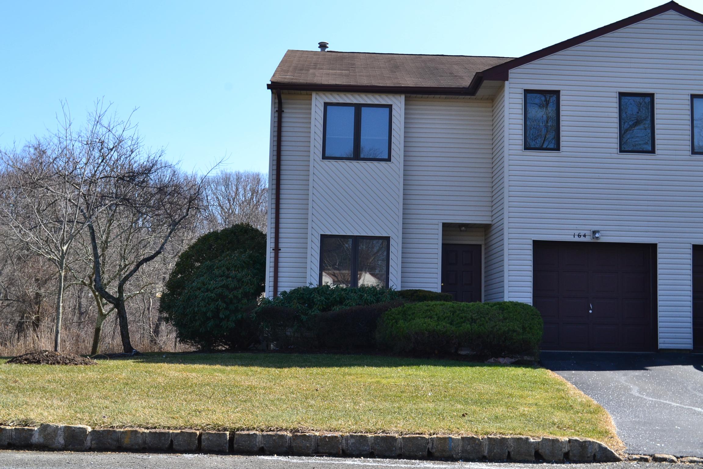 Condominio por un Alquiler en Spacious End Unit! 164 Tangerine Drive Marlboro, Nueva Jersey 07746 Estados Unidos