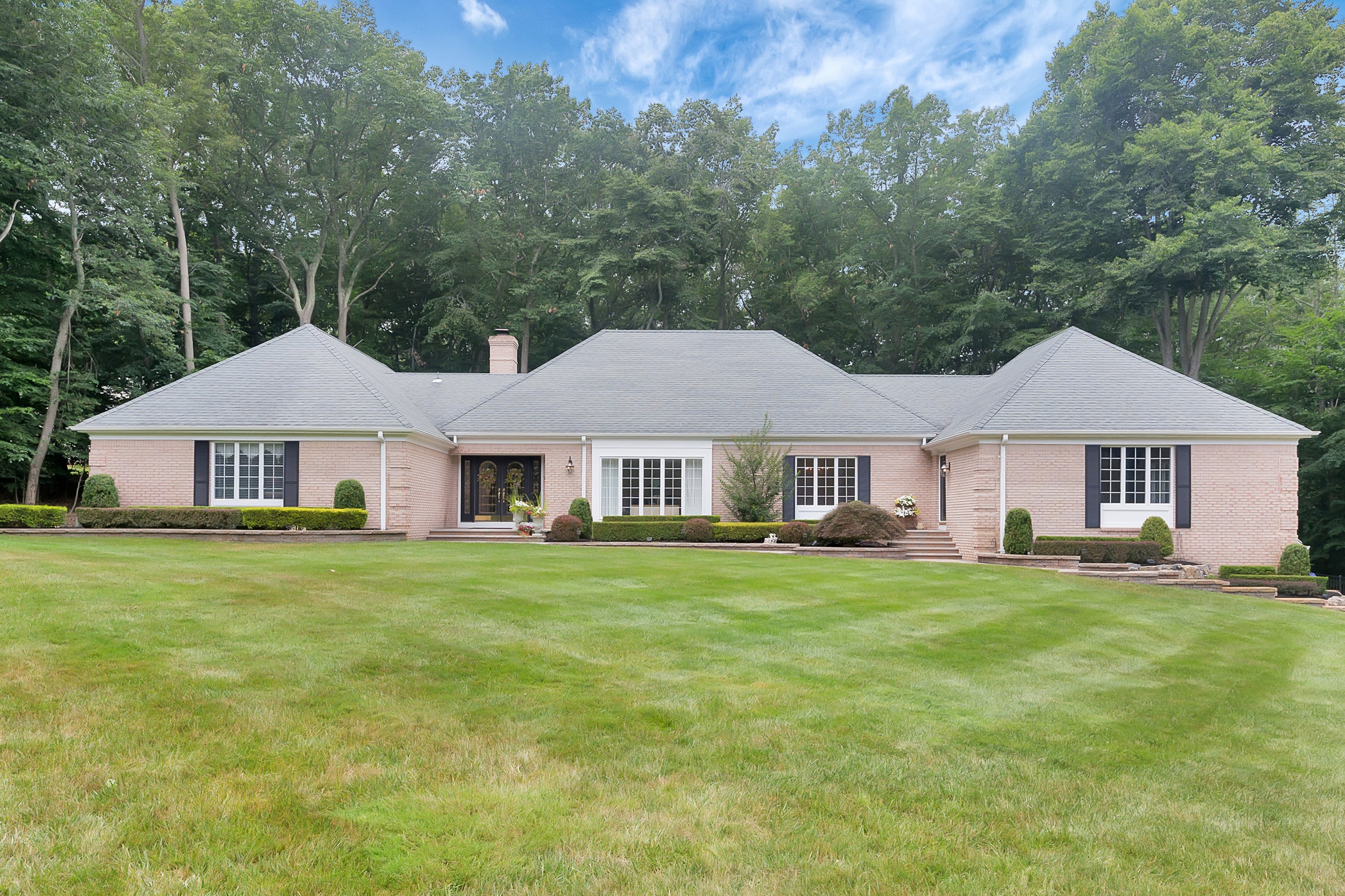 Casa Unifamiliar por un Venta en Elegant Expanded Ranch 16 Deep Wood Lane Colts Neck, Nueva Jersey, 07722 Estados Unidos