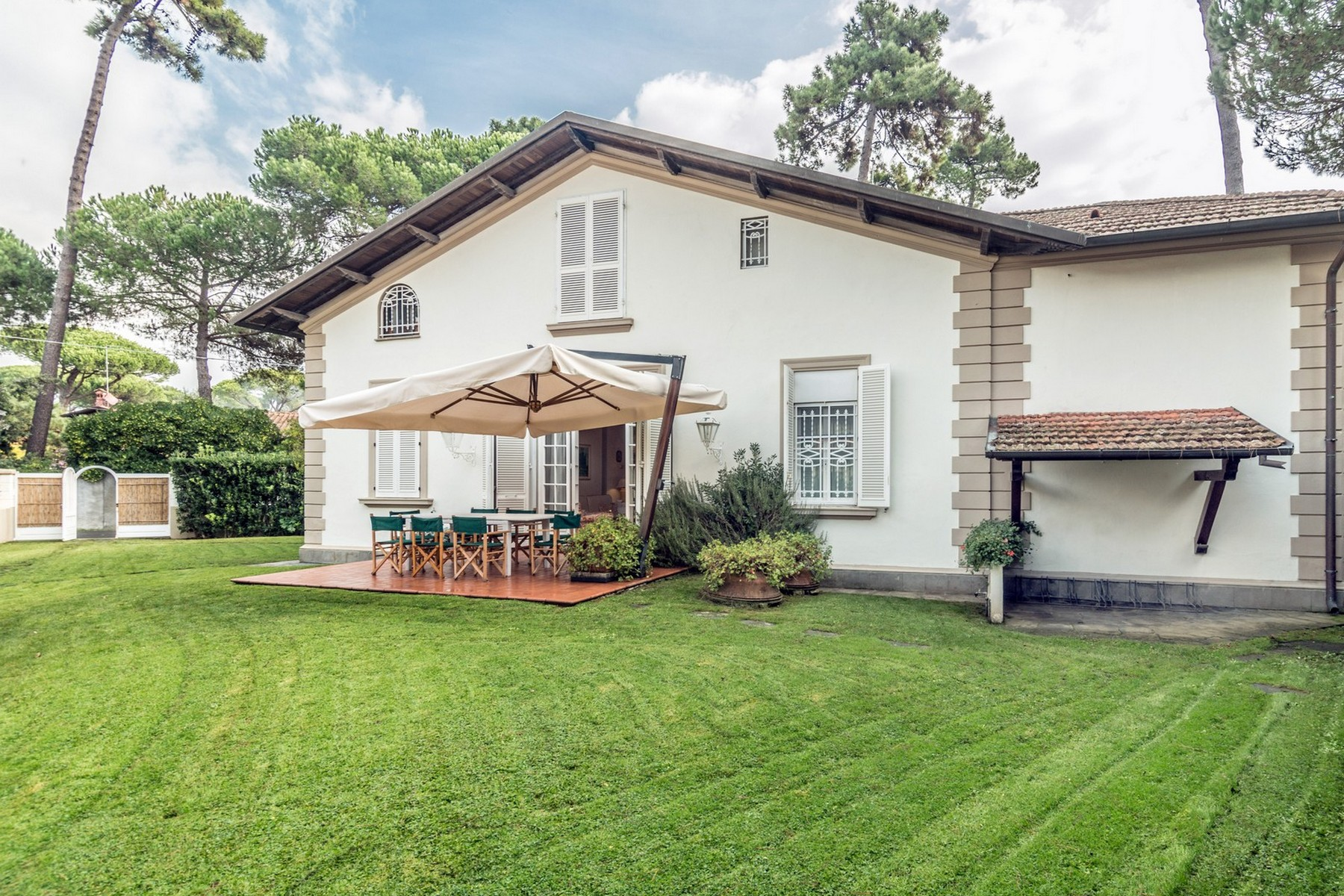Einfamilienhaus für Verkauf beim Incomparable property in Forte dei Marmi Roma Imperiale Forte Dei Marmi, Lucca 50100 Italien