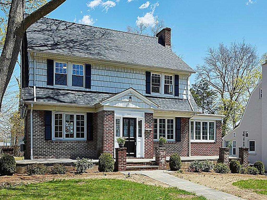 Einfamilienhaus für Verkauf beim TRADITIONAL CENTER HALL COLONIAL 534 Manor Ridge Road Pelham, New York 10803 Vereinigte Staaten