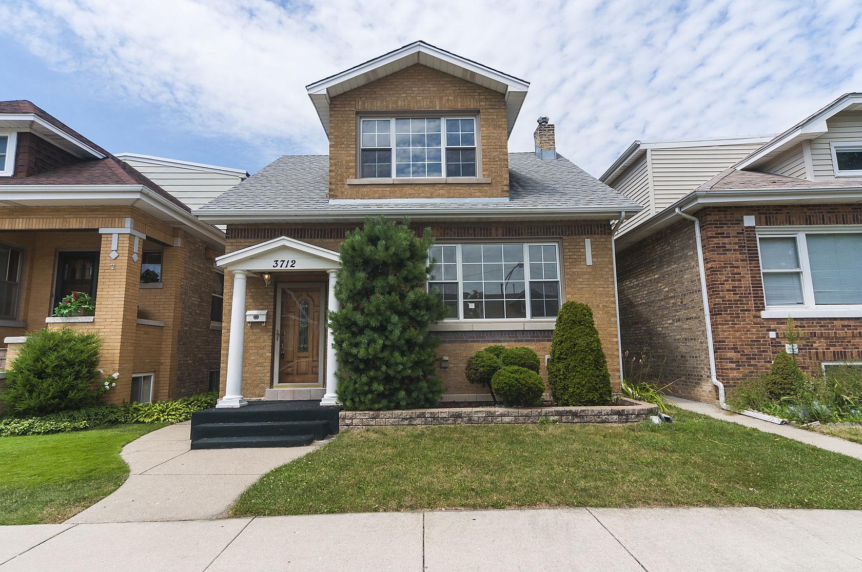 Частный односемейный дом для того Продажа на Simply Beautiful Updated Brick Bungalow With Open Floor Plan 3712 N New England Avenue Dunning, Chicago, Иллинойс 60634 Соединенные Штаты