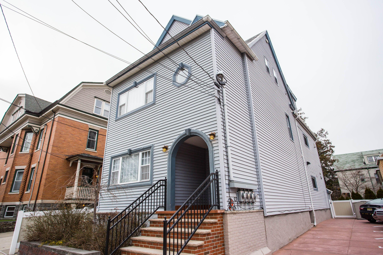多戶家庭房屋 為 出售 在 Stunning & Renovated 7-9 Louisa Place Weehawken, 新澤西州, 07086 美國