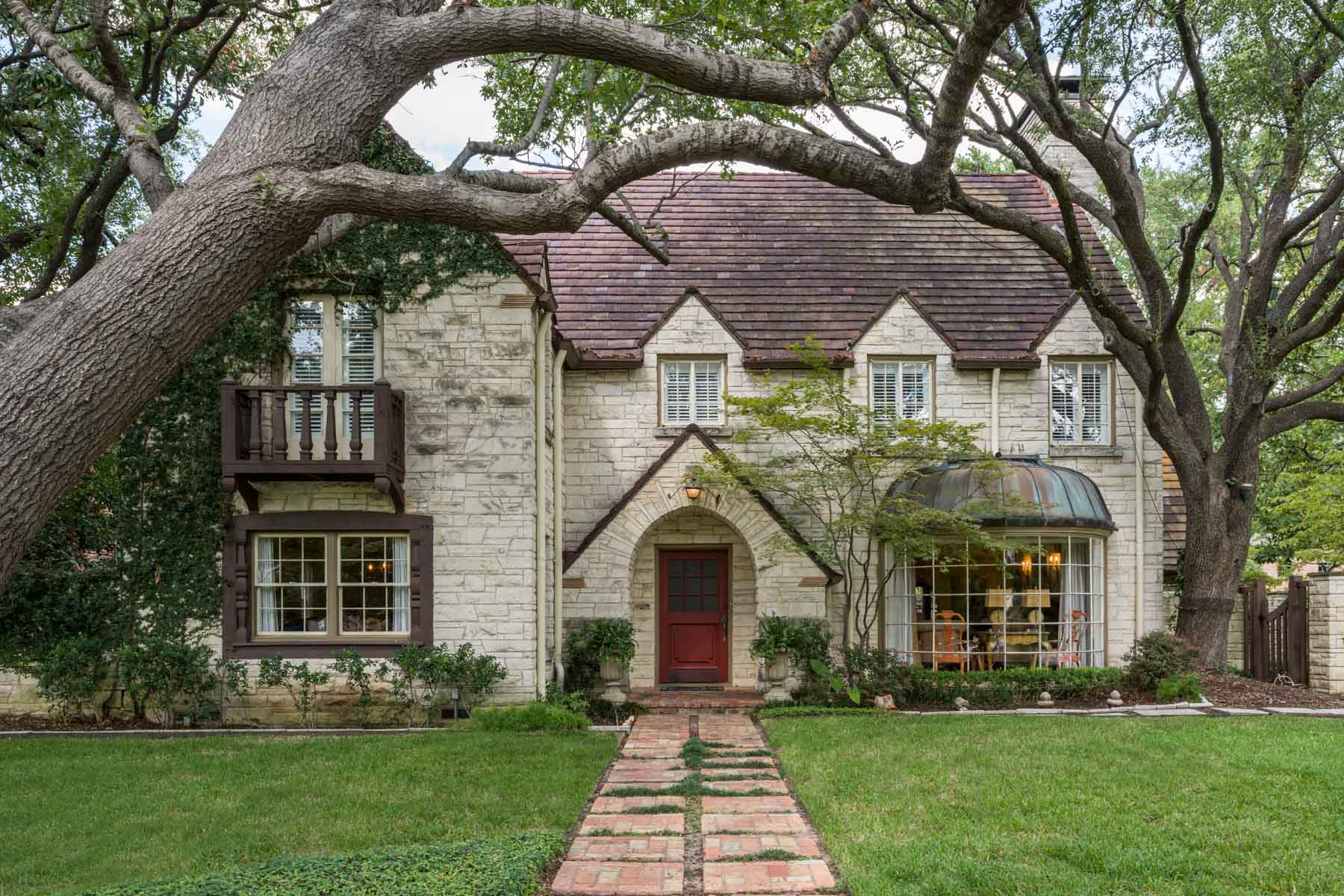獨棟家庭住宅 為 出售 在 Classic Traditional Located in HPISD 4400 Belclaire Avenue Dallas, 德克薩斯州, 75205 美國