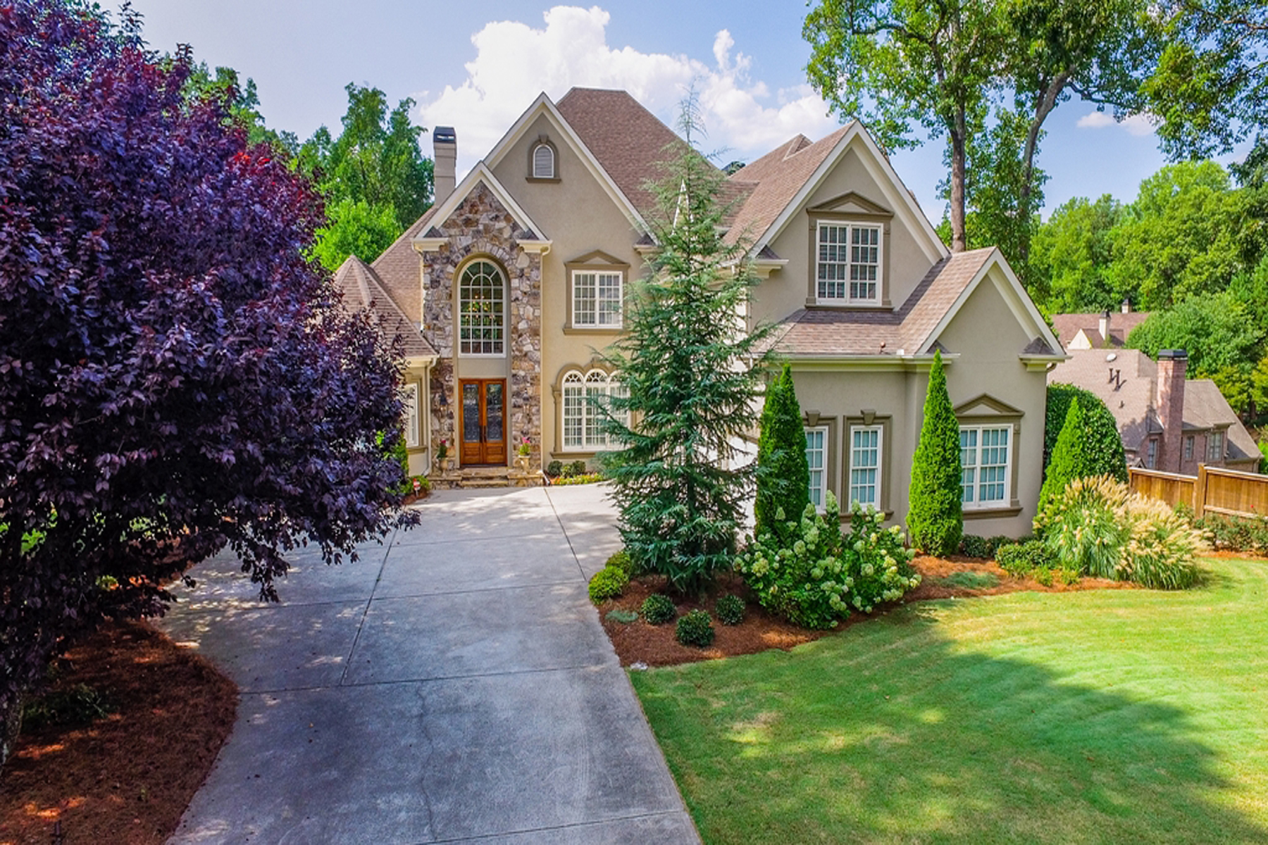 Moradia para Venda às Sandy Springs Home On 1.43 Acres With Finished Basement And Pool 385 Mount Paran Road Atlanta, Geórgia, 30327 Estados Unidos