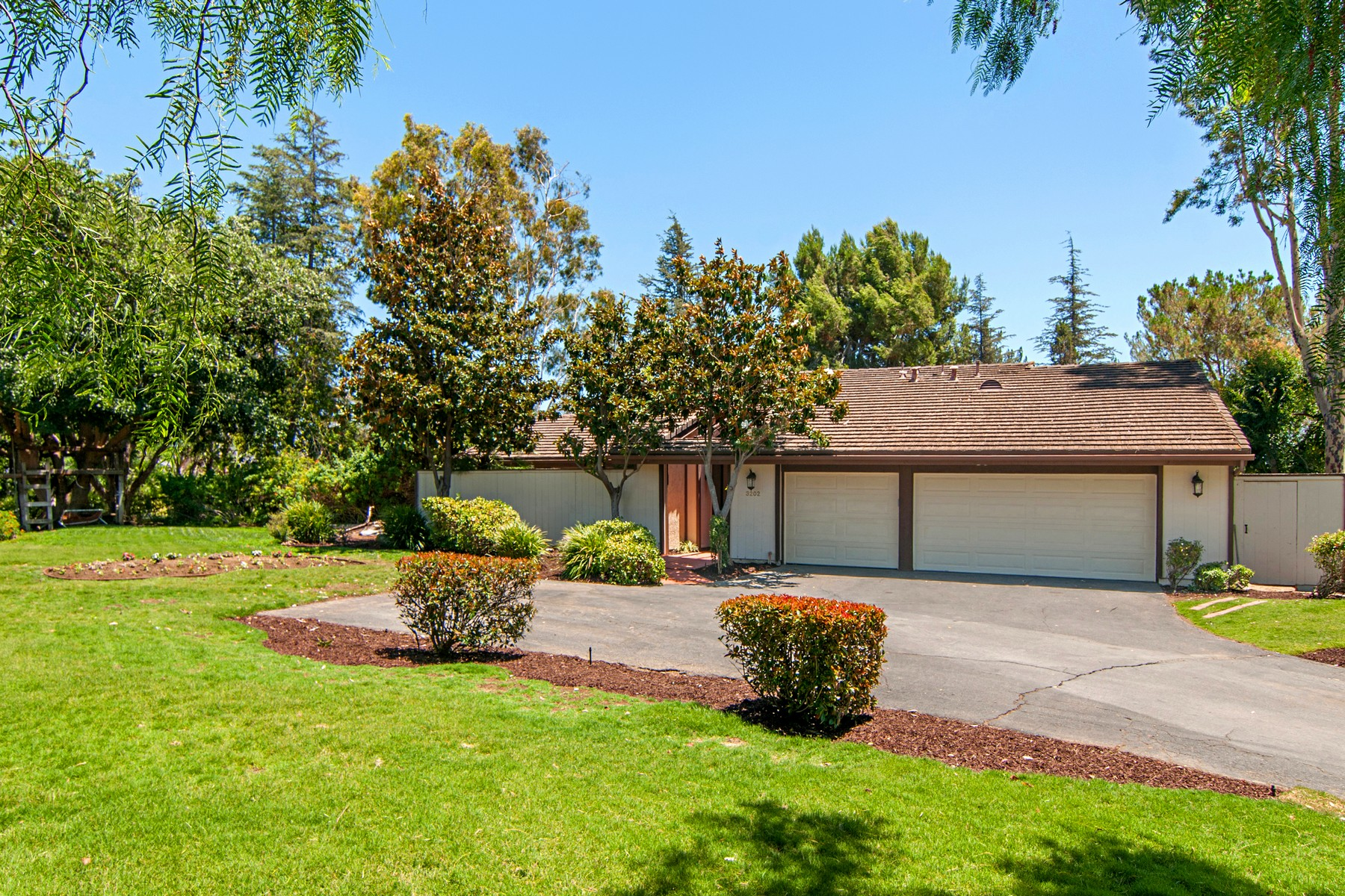 独户住宅 为 销售 在 3202 Avenida Hacienda 埃斯孔迪多, 加利福尼亚州 92029 美国