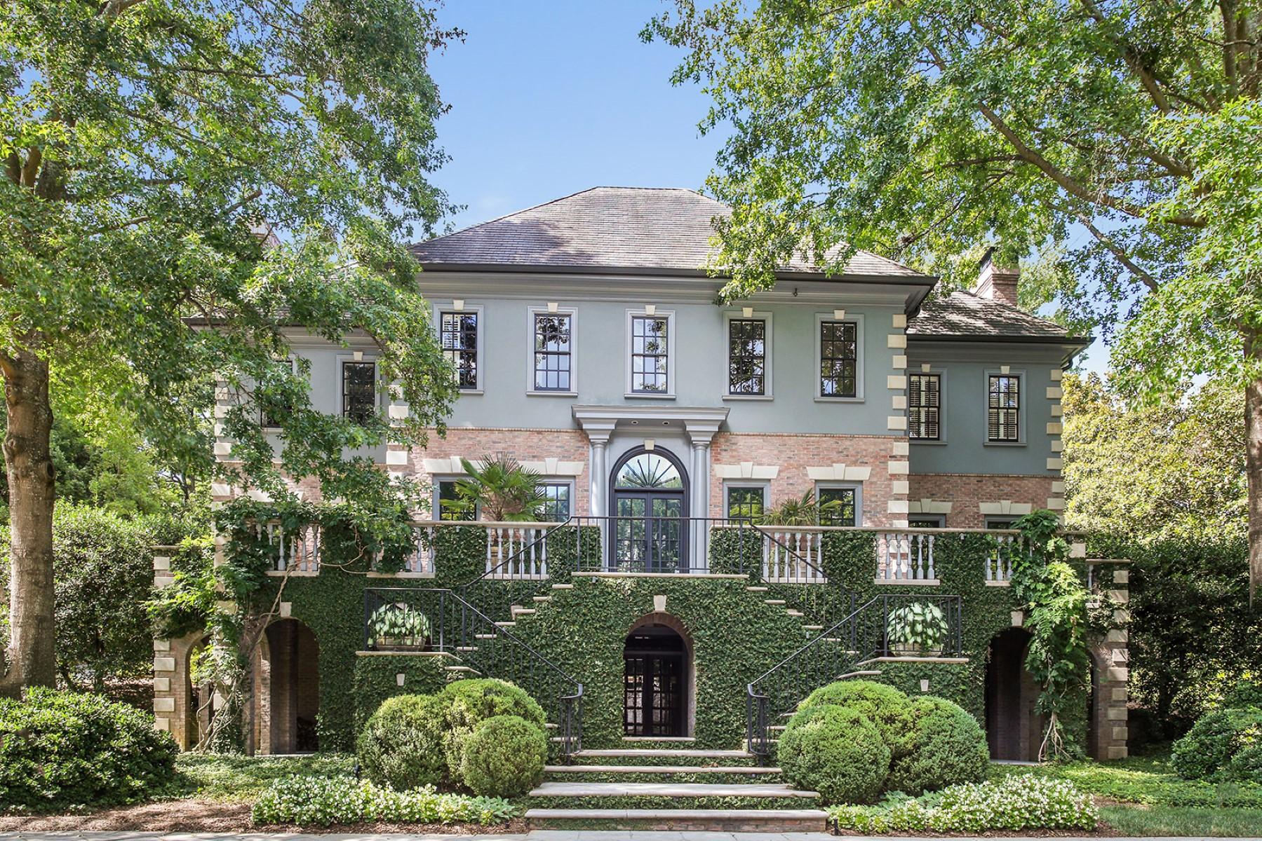 Vivienda unifamiliar por un Venta en Captivating Estate With Exquisite Detail Throughout 730 Conway Glen Drive NW Buckhead, Atlanta, Georgia, 30327 Estados Unidos