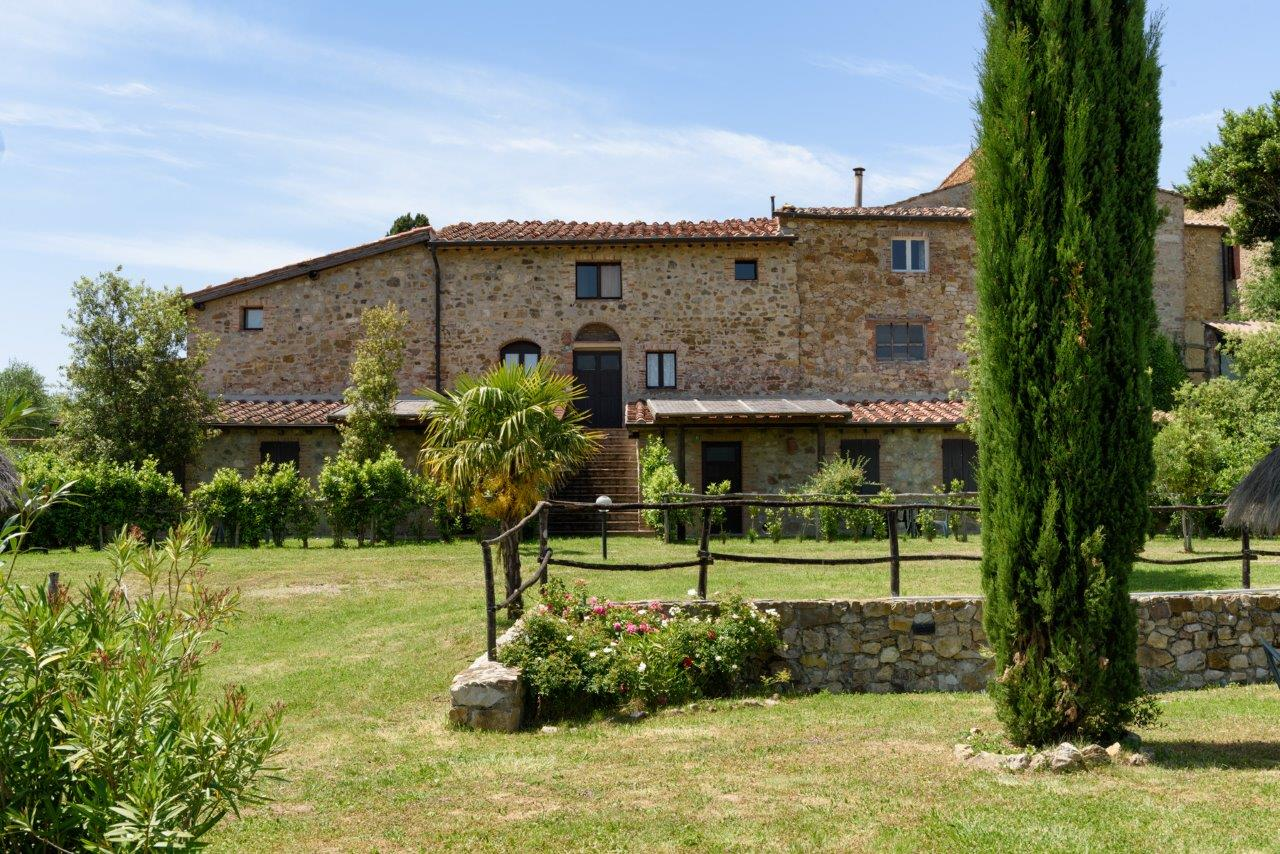 Additional photo for property listing at Grand estate with farm, stables, vineyard, olive groove and hunting facilities Monticiano Monticiano, Siena 53015 Italia