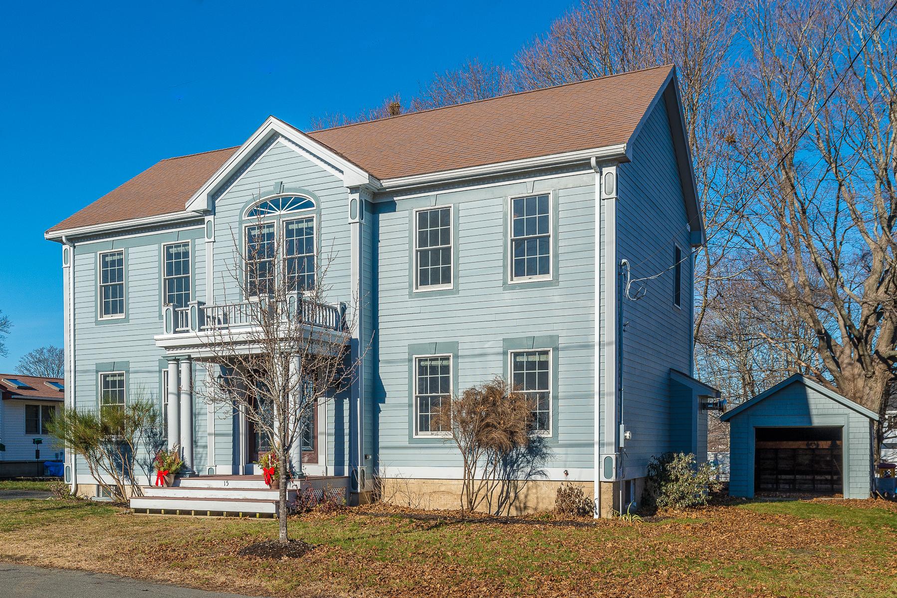 Maison unifamiliale pour l Vente à Beautifully Renovated Colonial Located Near Major Highways 15 Appleton Street Danvers, Massachusetts, 01923 États-Unis