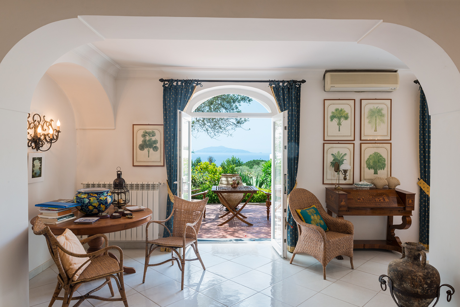 Additional photo for property listing at Elegant villa with pool in Anacapri Capri, Naples Italy