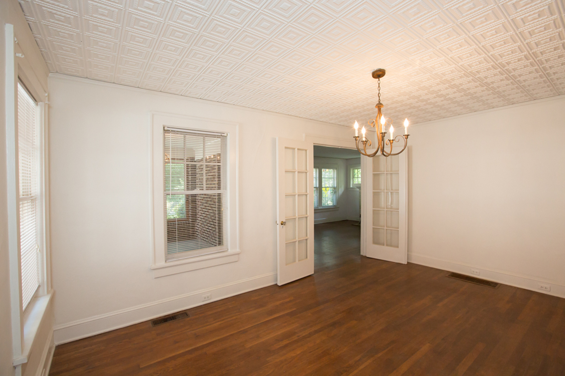 Additional photo for property listing at Original Peachtree Hills Brick Bungalow 271 Lindbergh Drive NE Atlanta, 조지아 30305 미국