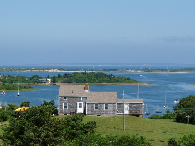 Casa Unifamiliar por un Venta en Waterfront on Quitsa Pond 199 State Road Chilmark, Massachusetts 02535 Estados Unidos