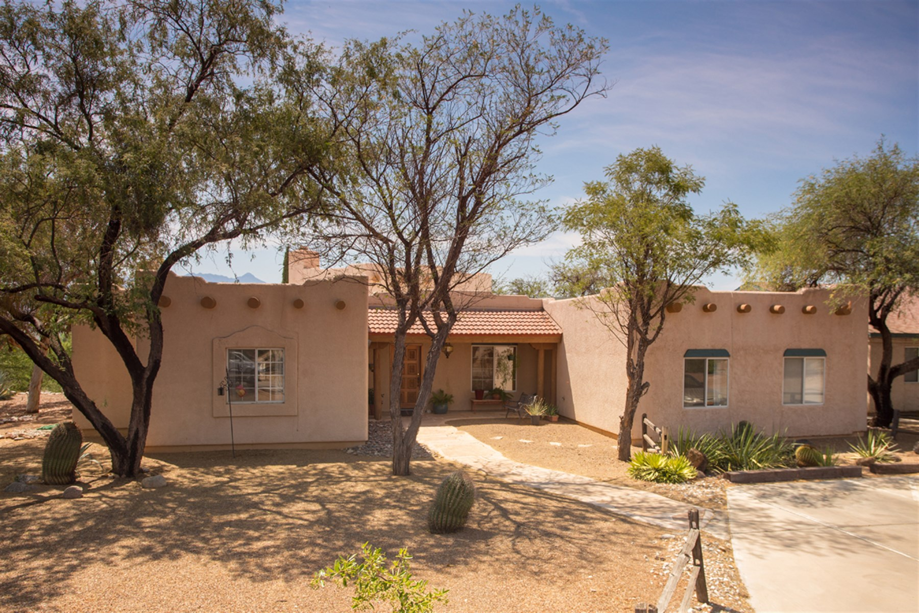 Single Family Home for Sale at Exceptional opportunity to own a large home on acreage. 3100 W Calle Dos Green Valley, Arizona 85622 United States