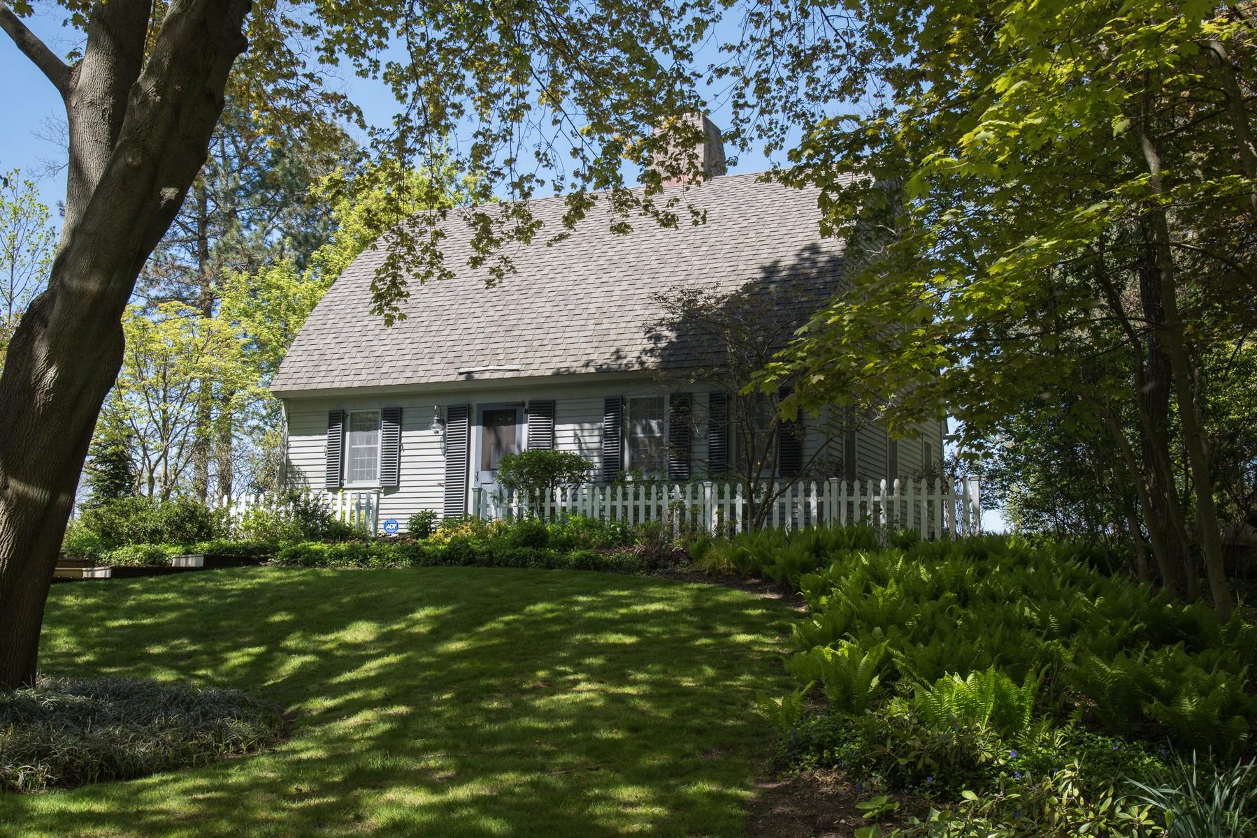 Maison unifamiliale pour l Vente à Authentic Cape Cod 2042 Lake Michigan Drive Fennville, Michigan, 49408 États-Unis