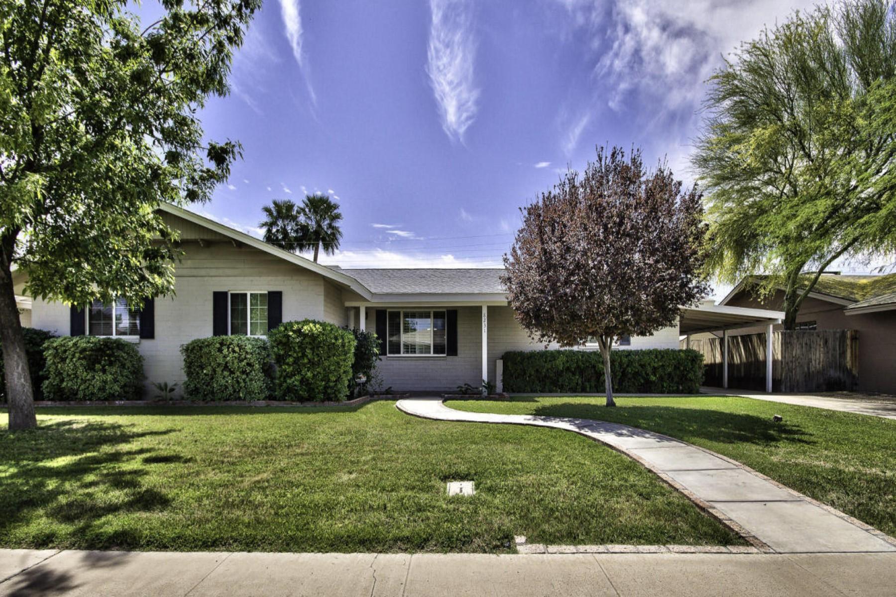 Maison unifamiliale pour l Vente à Charming home in fabulous Old Town. 8231 E HAZELWOOD ST Scottsdale, Arizona 85251 États-Unis