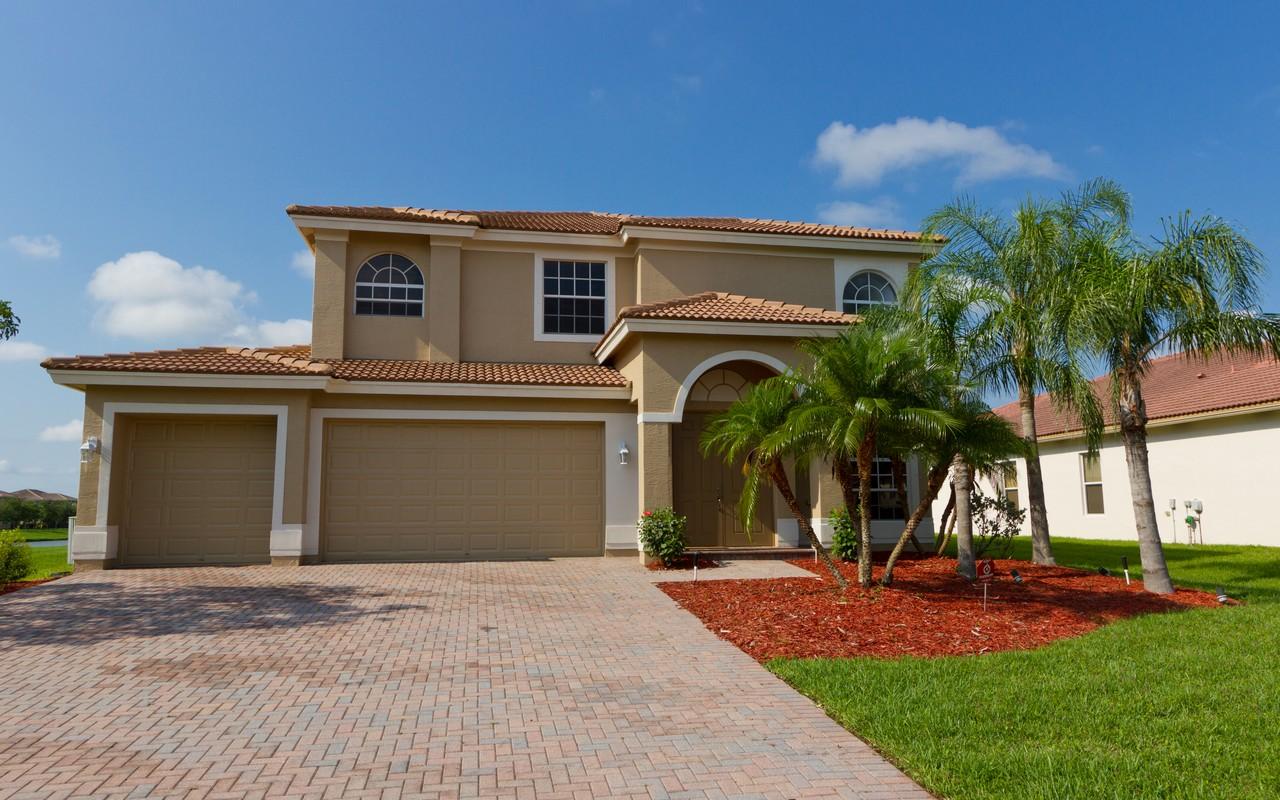 Moradia para Venda às Expansive Lake View Home 5145 Sapphire Ln SW Vero Beach, Florida, 32968 Estados Unidos