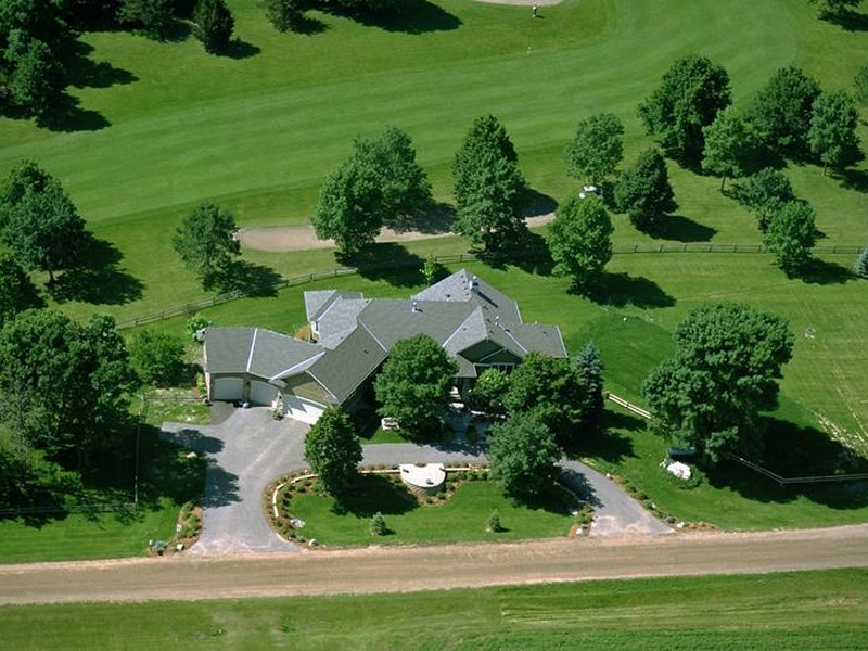 Casa para uma família para Venda às 7055 Sarah Drive Chaska, Minnesota 55318 Estados Unidos