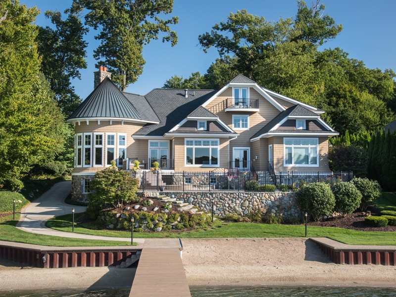 Maison unifamiliale pour l Vente à Luxurious Lakefront Home On Lake Macatawa 833 Barkentine Drive Holland, Michigan 49424 États-Unis