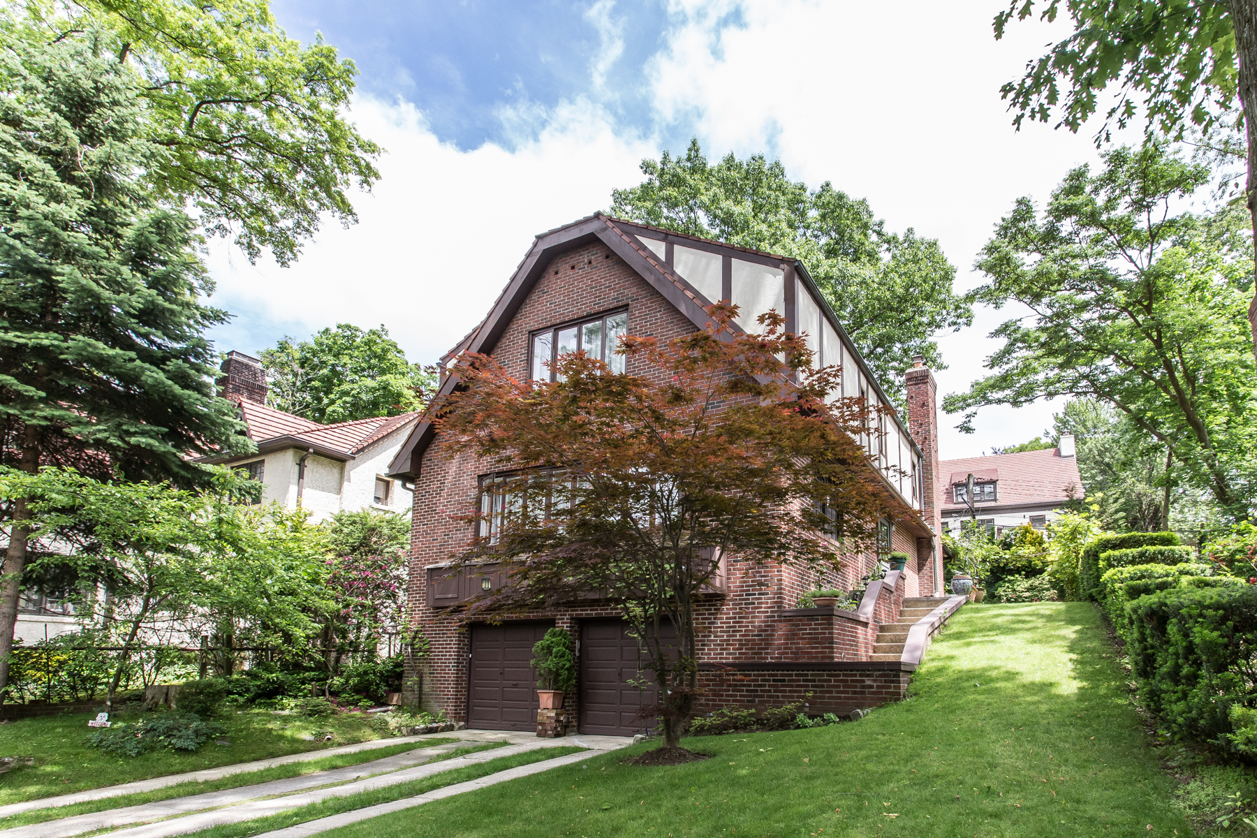 "獨棟家庭住宅 為 出售 在 ""SPACIOUS CONTEMPORARY RETREAT"" 16 Shorthill Road, Forest Hills Gardens, Forest Hills, 紐約州, 11375 美國"