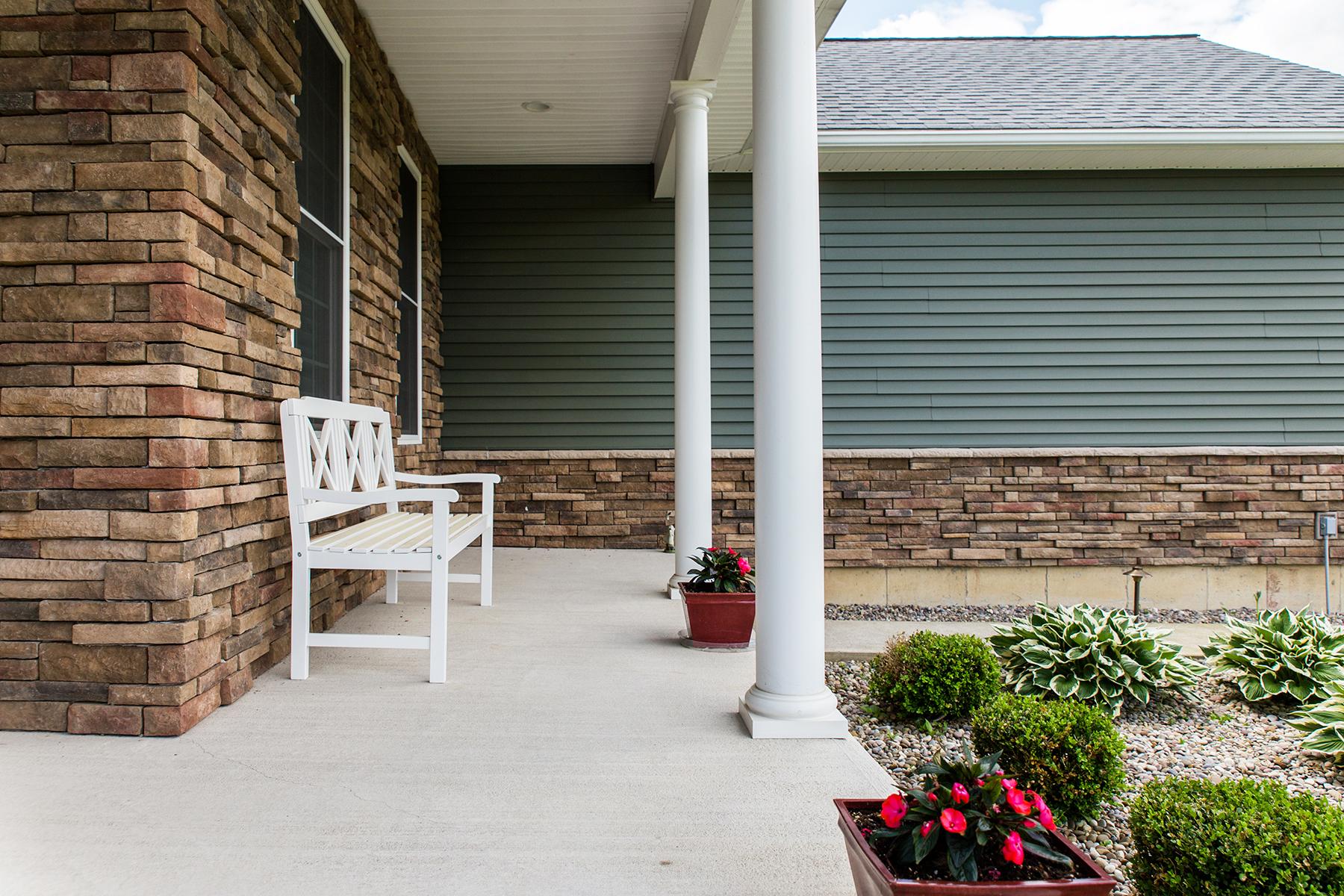 Einfamilienhaus für Verkauf beim Luxurious One-Level Living 25 Burnham Rd. Wilton, New York 12831 Vereinigte Staaten