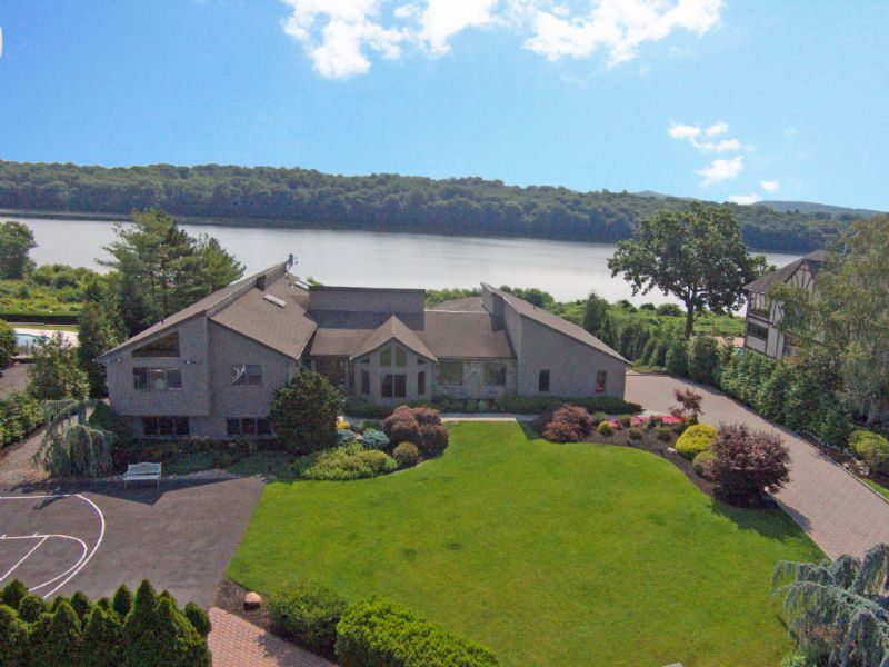Casa para uma família para Venda às Shangri-La Overlooking Peaceful Lake Deforest 28 Fieldstone Court New City, Nova York 10956 Estados Unidos