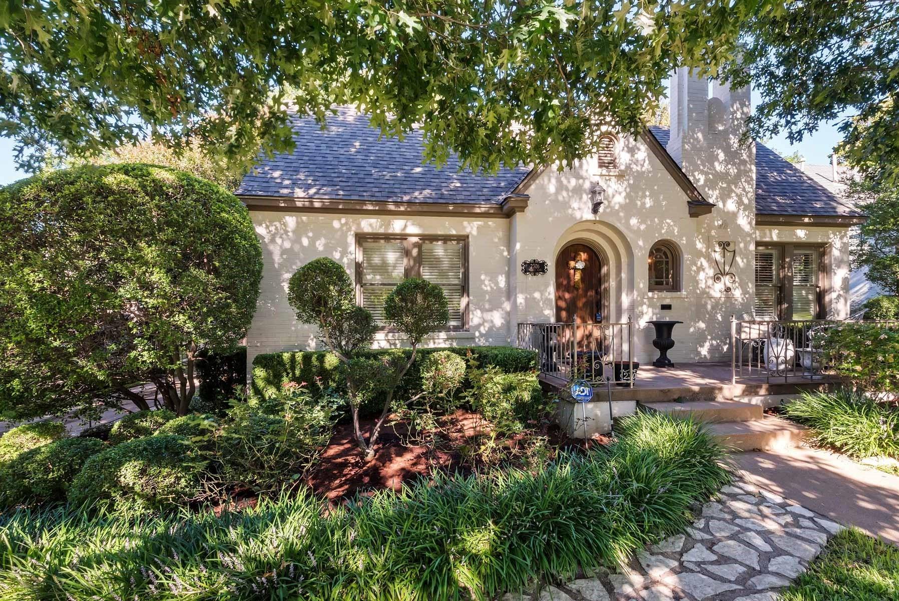 단독 가정 주택 용 매매 에 Meticulous One-Story Berkeley Tudor 2306 Warner Road Fort Worth, 텍사스, 76110 미국