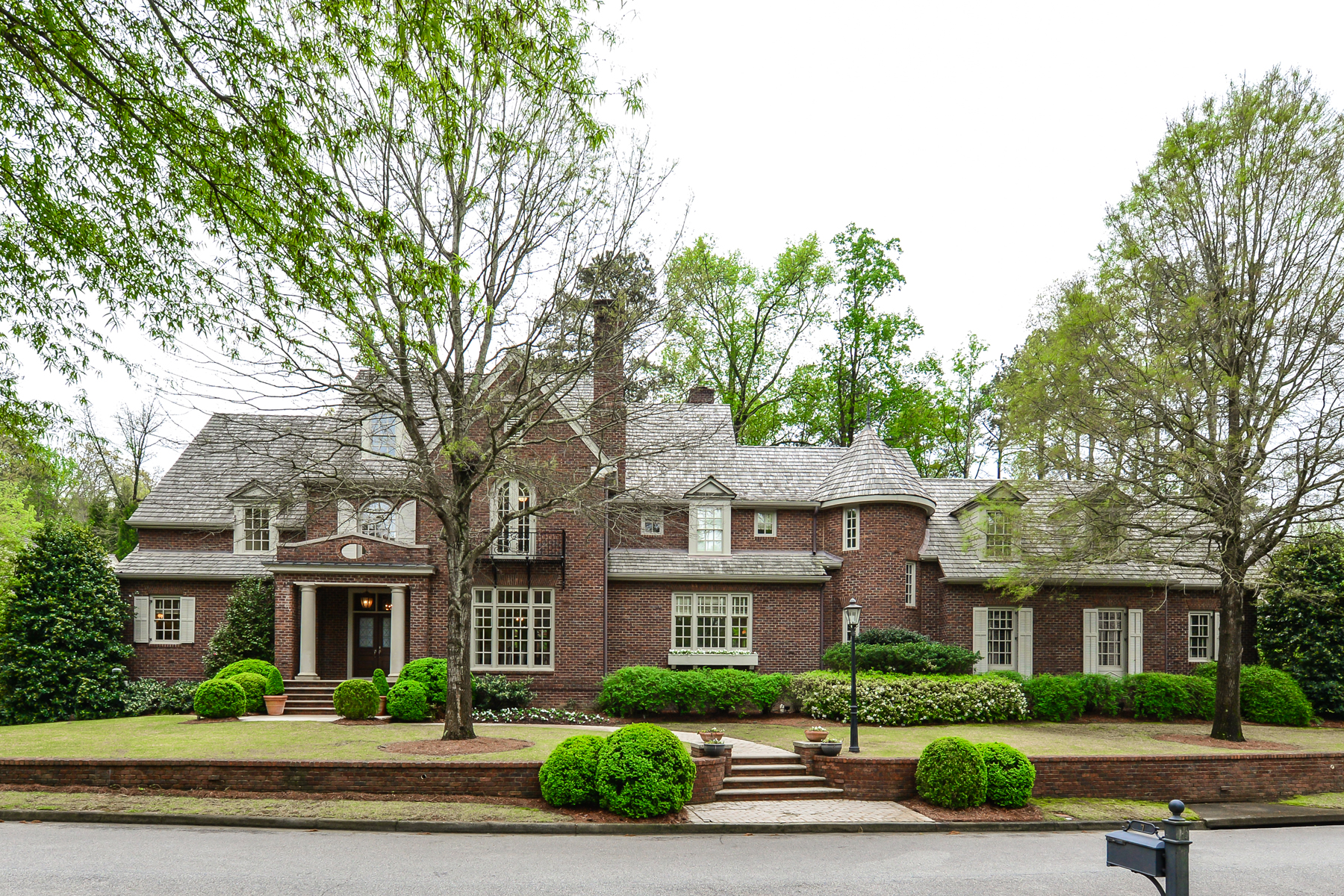 Maison unifamiliale pour l Vente à Classic home in a gated cul-de-sac street 18 Leighton Court Atlanta, Georgia, 30327 États-Unis