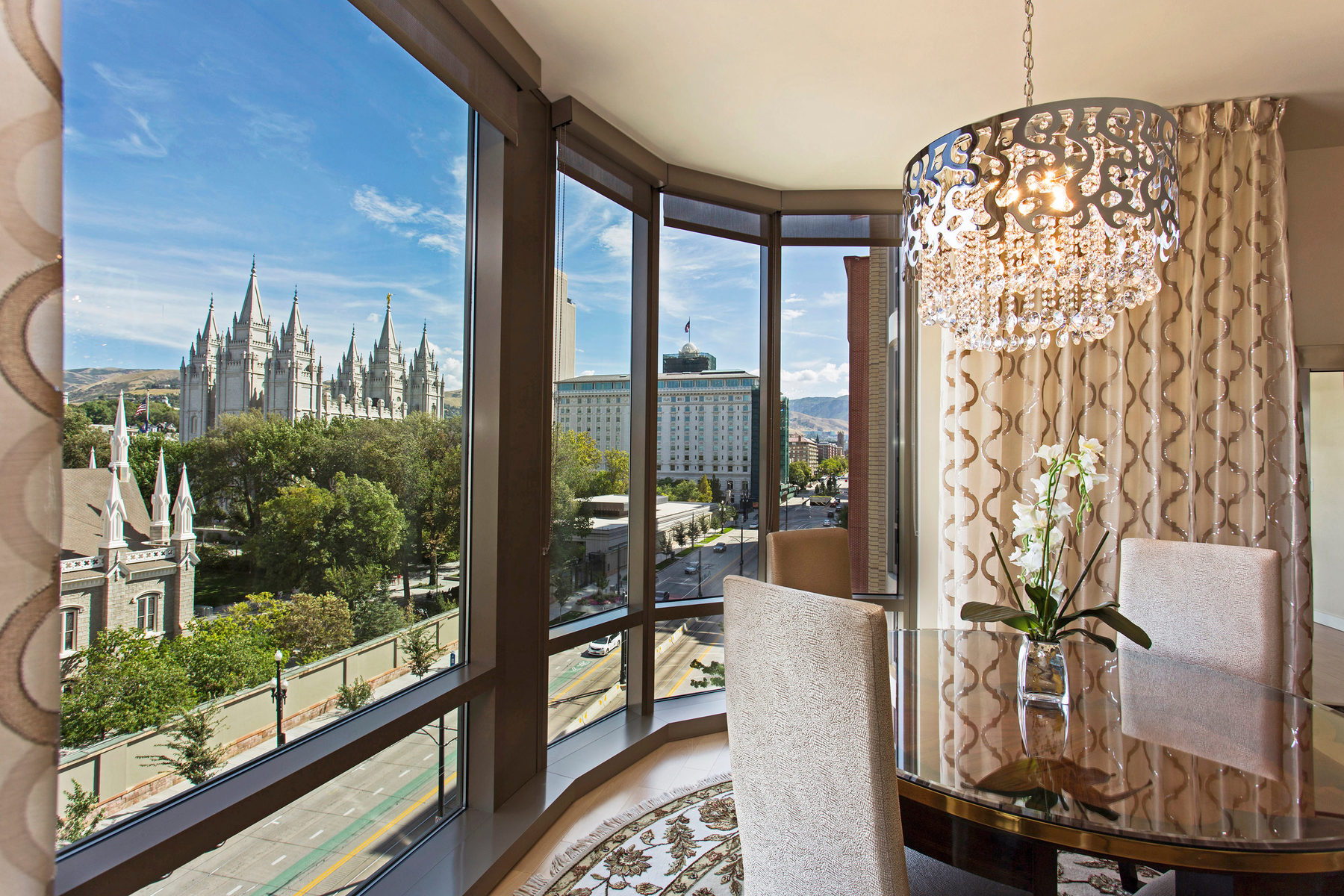 Copropriété pour l Vente à Captivating Views and Exquisite Design and Interior 99 W South Temple St #606 Salt Lake City, Utah, 84101 États-Unis