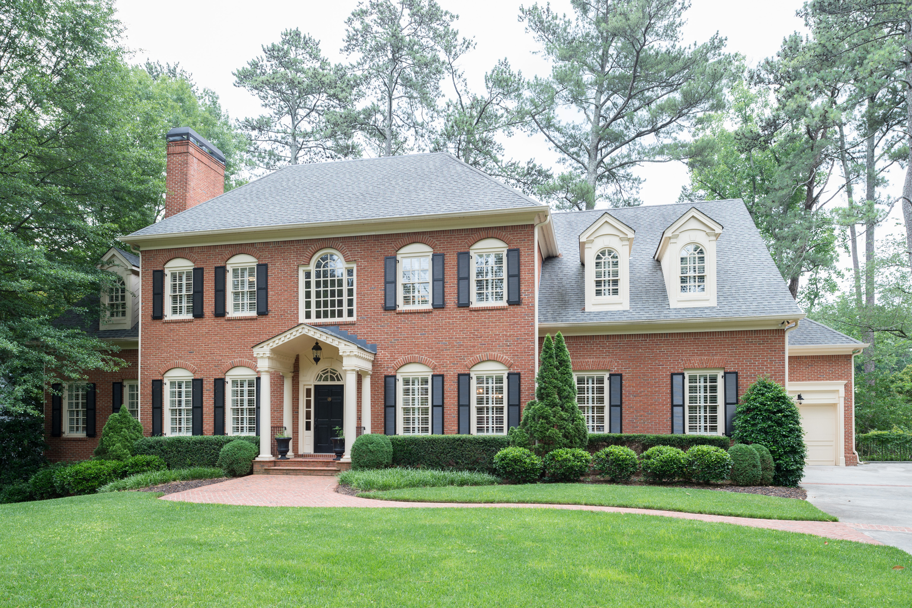 Moradia para Venda às Handsome Custom Home 4371 Club Drive Brookhaven, Atlanta, Geórgia 30319 Estados Unidos