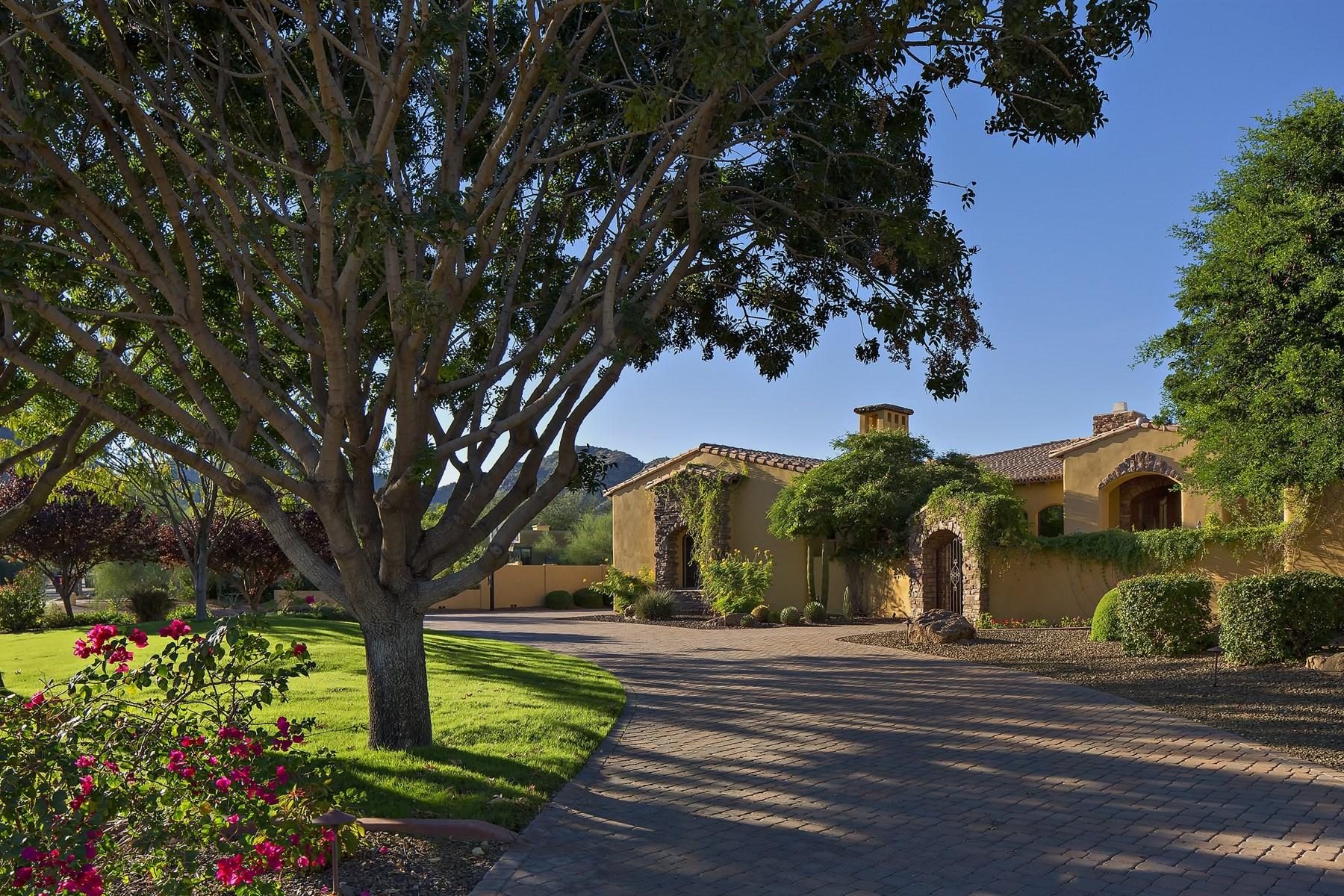Maison unifamiliale pour l Vente à Custom home built in 2002 by Catalina on a spacious 1.13 acre lot. 6600 E HUMMINGBIRD LN Paradise Valley, Arizona 85253 États-Unis