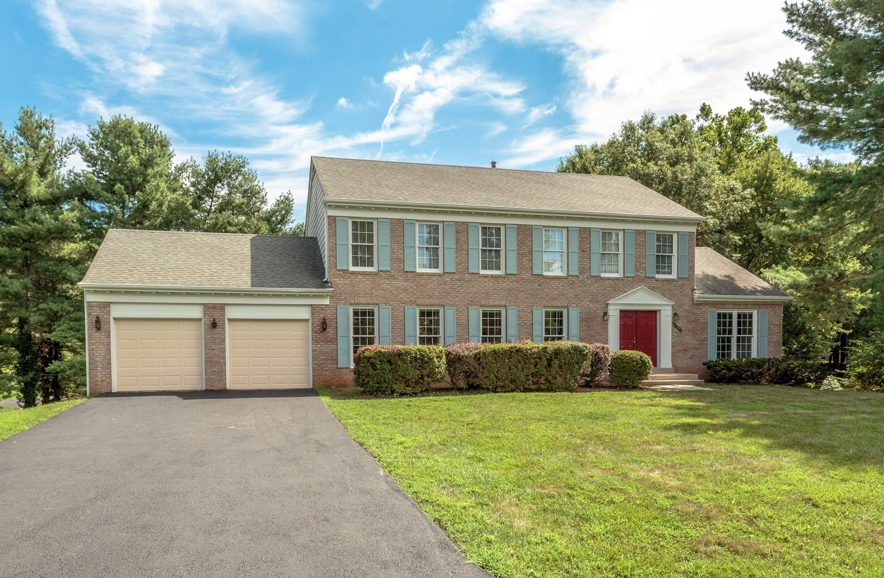 Maison unifamiliale pour l Vente à McLean Estates 8445 Holly Leaf Dr McLean, Virginia 22102 États-Unis
