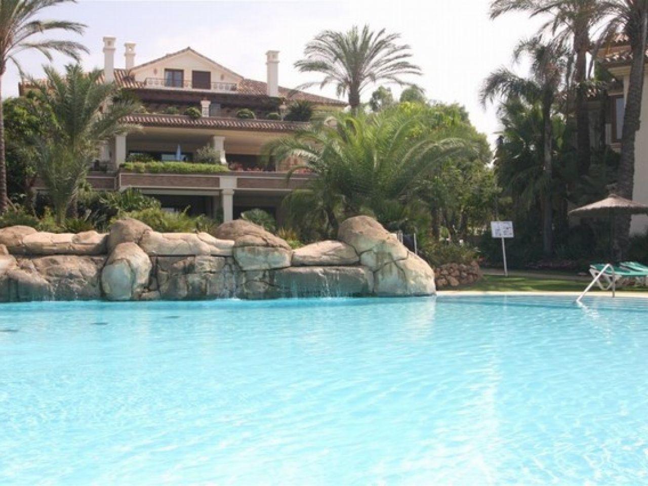 Apartment for Sale at Elegante apartamento zona playa Marbella Este Los Monteros Other Andalucia, Andalucia, 29600 Spain