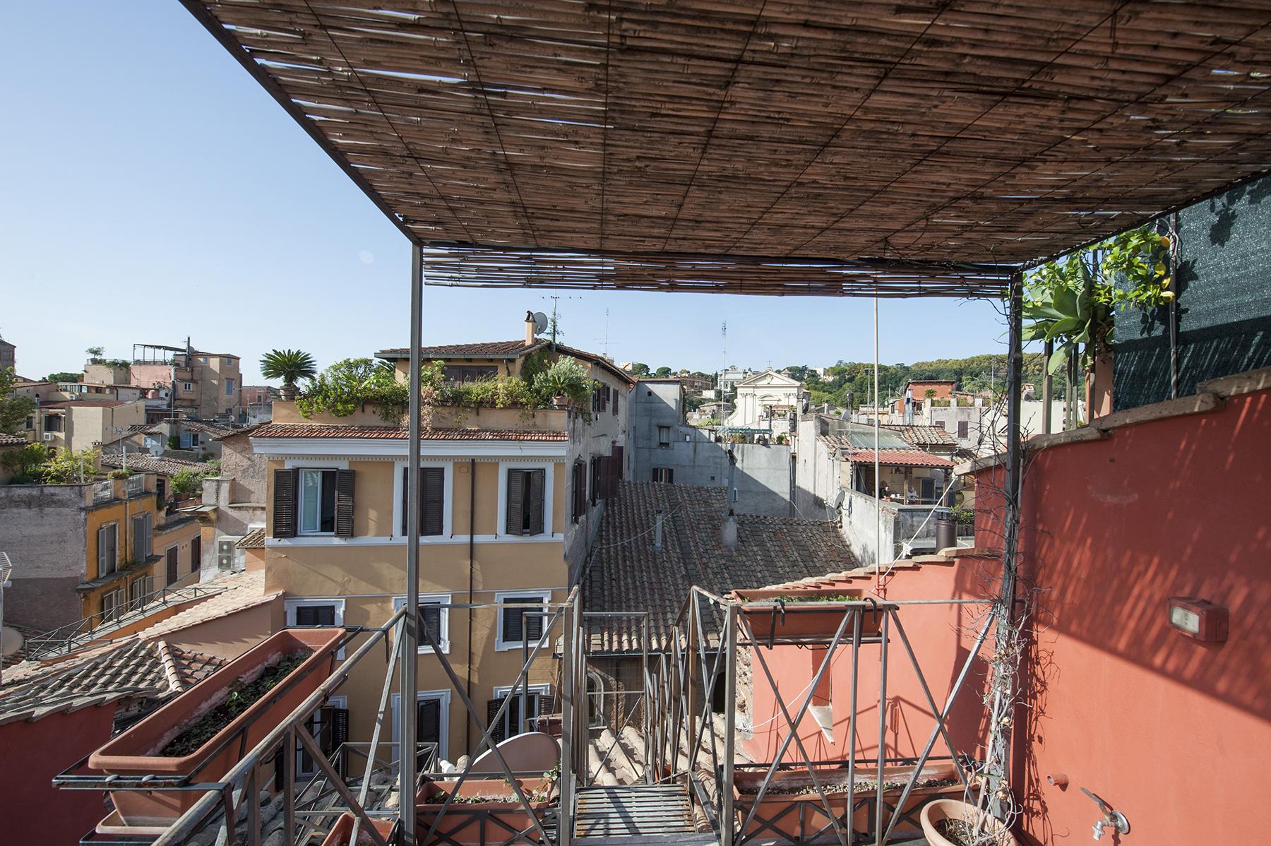 Apartamento por un Venta en Beautifully renovated penthouse in neighborhood Trastevere Rome, Roma Italia