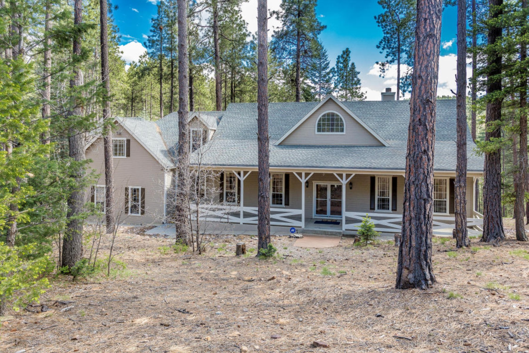 Single Family Home for Sale at Traditional east coast charm in this beautiful mountain estate home 8030 S Comstock Mine Rd Prescott, Arizona, 86303 United States