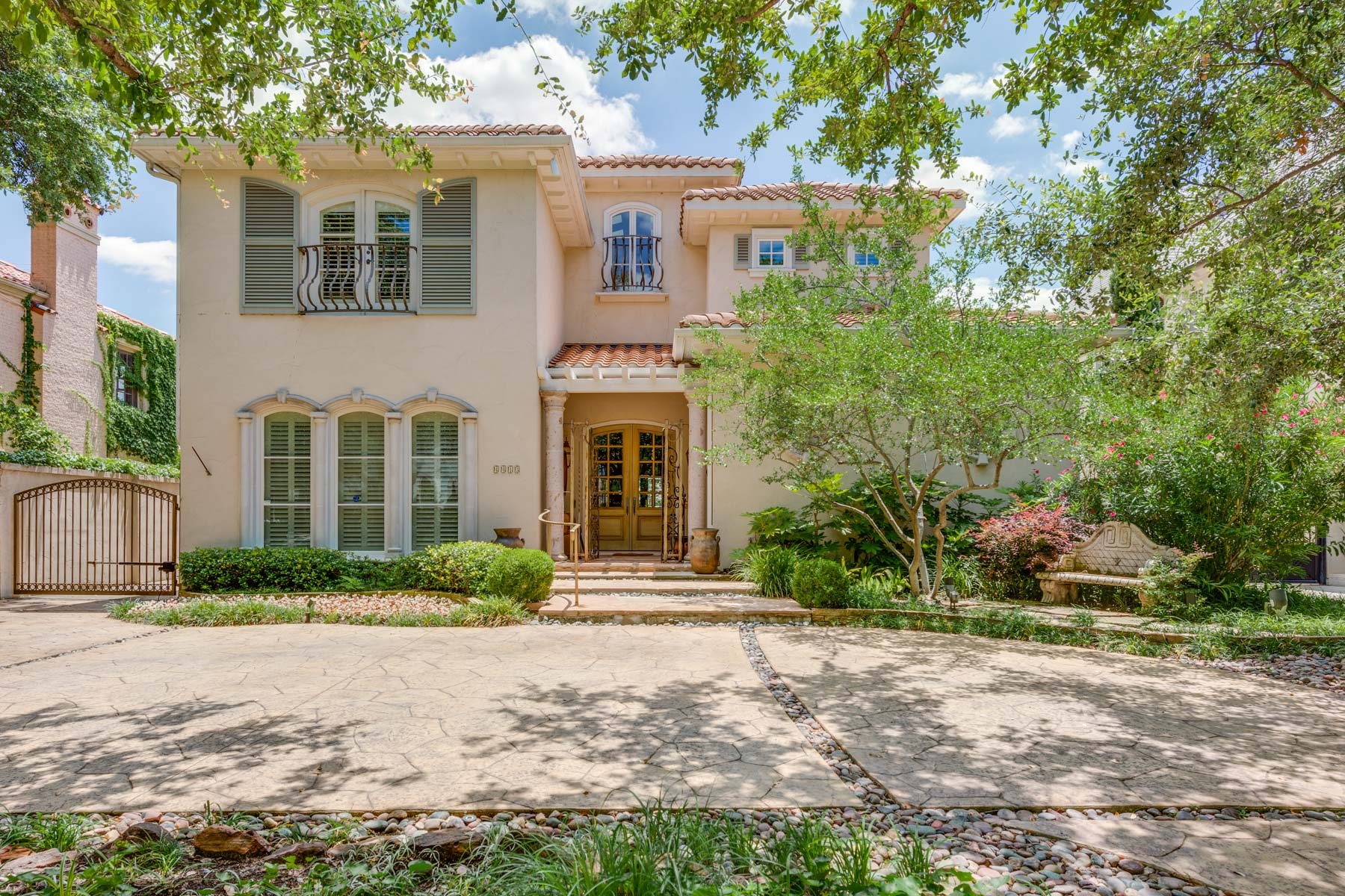 Moradia para Venda às Sophisticated Home Built in 1999 Located in Highland Park 4413 Beverly Drive Dallas, Texas, 75205 Estados Unidos
