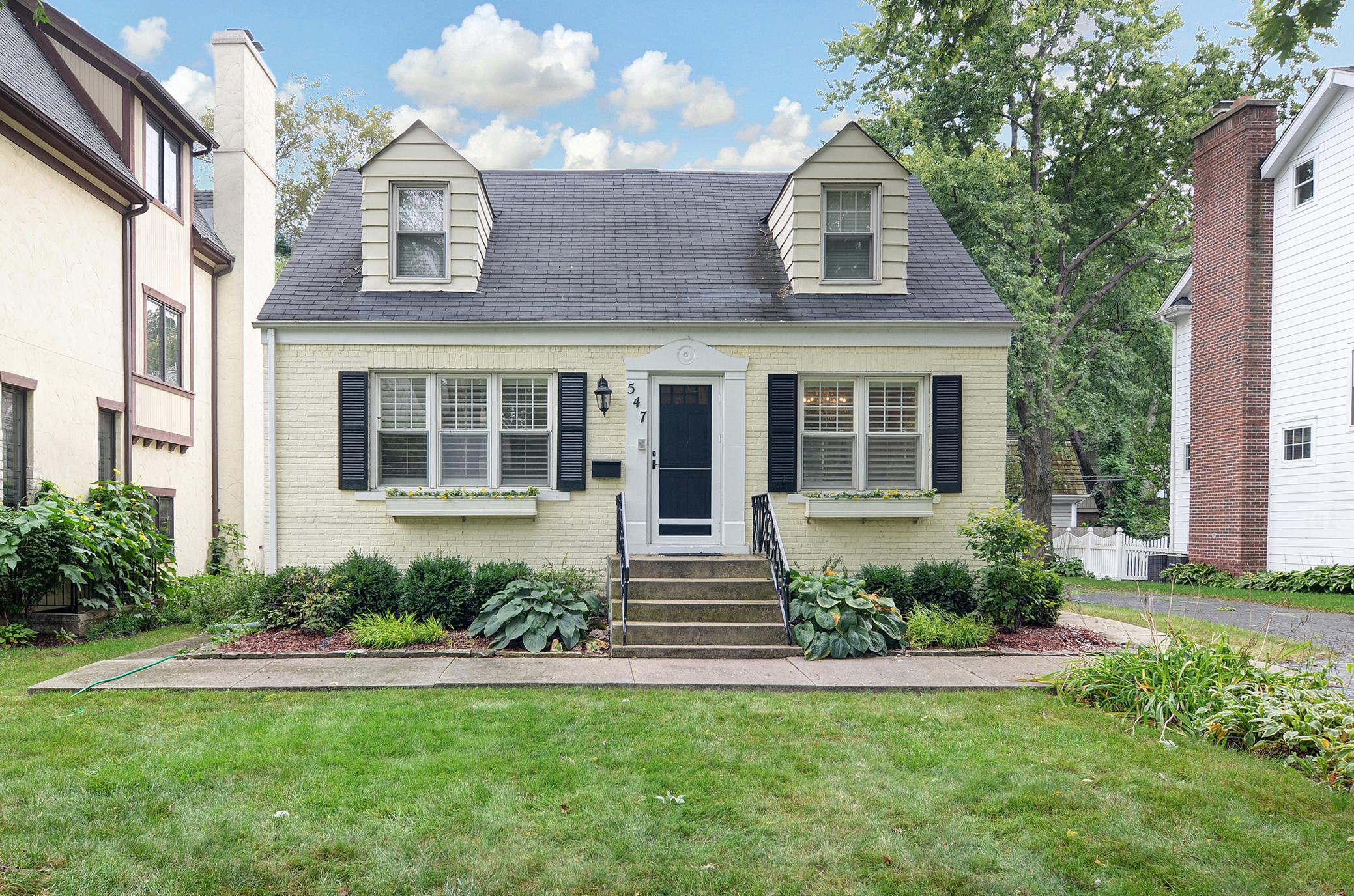 Maison unifamiliale pour l Vente à 547 N. County Line Rd. Hinsdale, Illinois, 60521 États-Unis